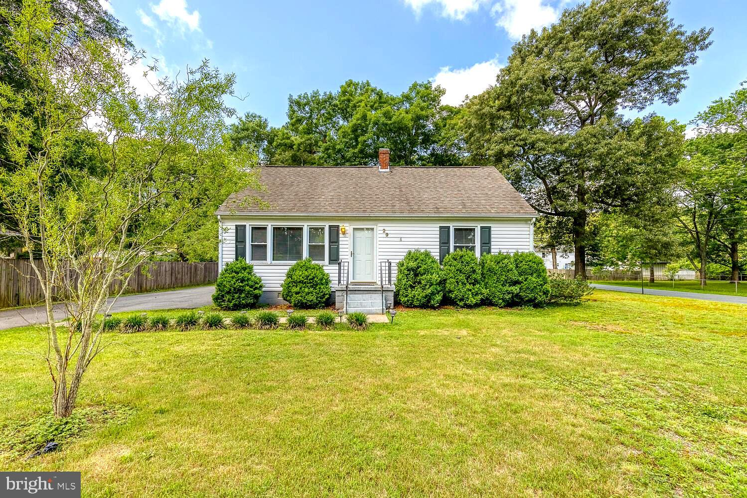 Adorable home with a BEAUTIFUL backyard setting! Excellent location which is walking distance to Fer