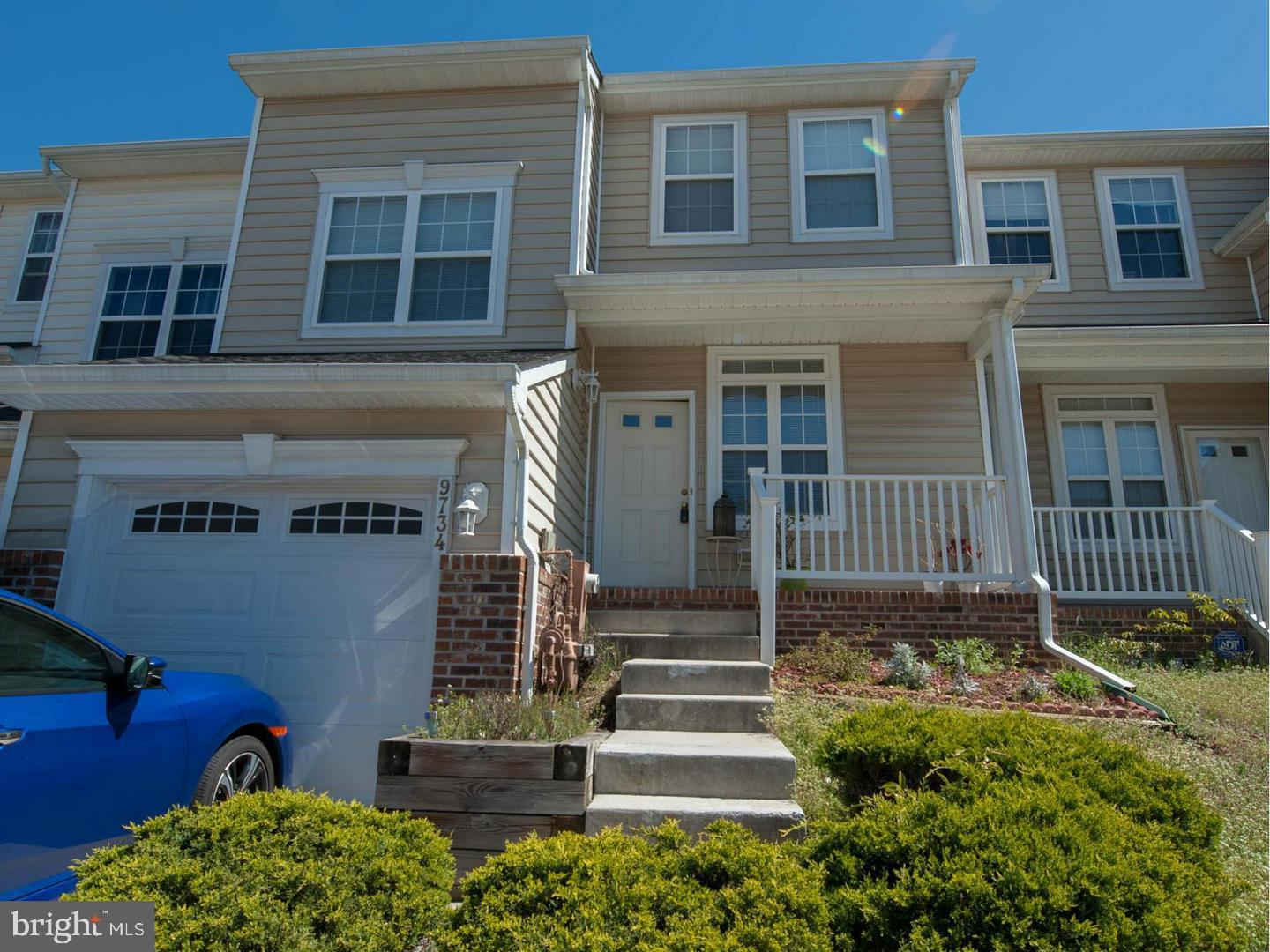 Immaculate Sunny Garage Townhome. Gourmet Kitchen, Hardwood Floors, Gas Fireplace and Mantle, Family