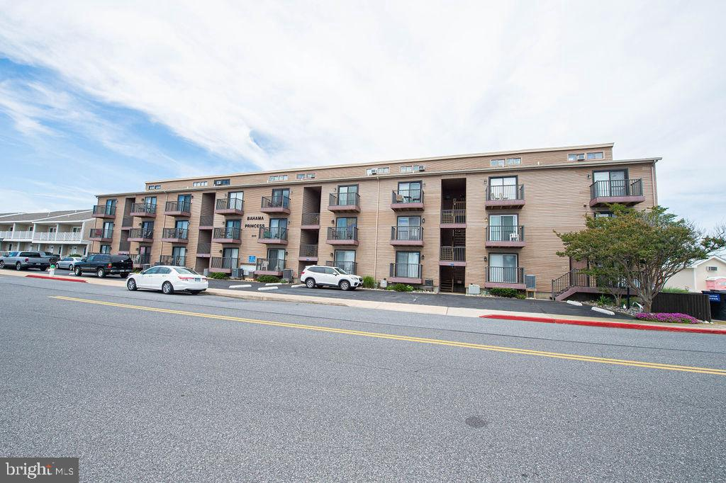 Beautifully updated two bedroom, two bath condo with a bonus loft. Approximately 840 sq.ft of living