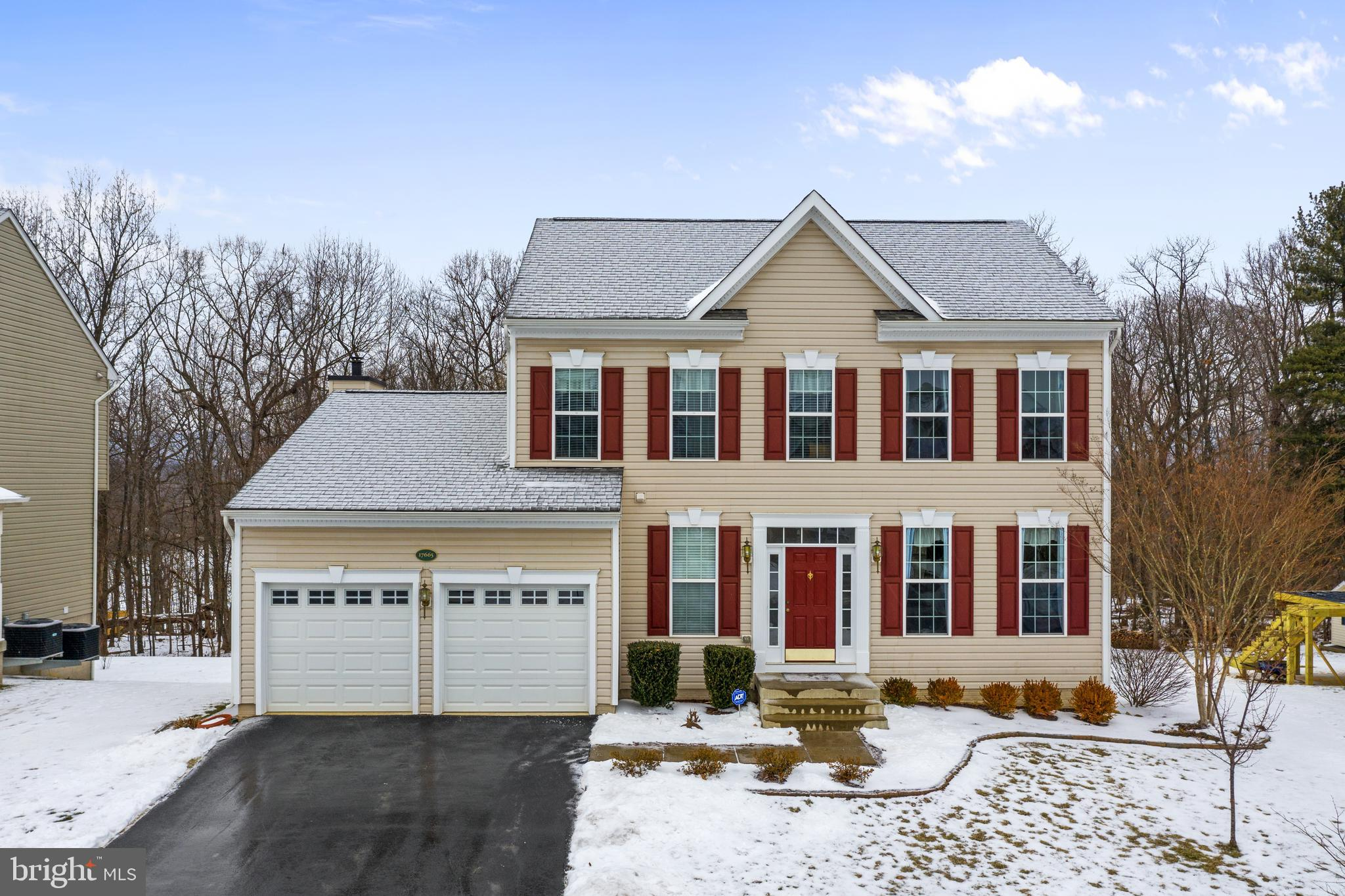 A truly special  location makes this lovingly cared-for colonial in Lakepoint a terrific value. Not