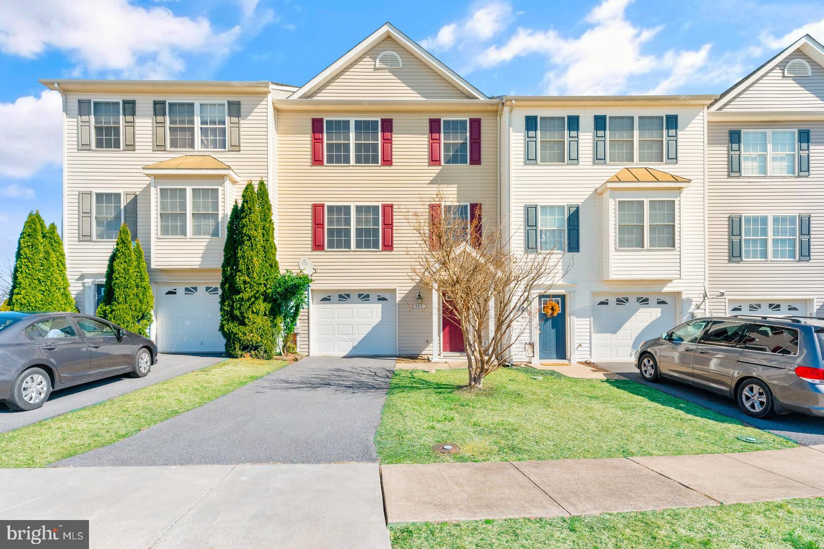 Come see this light and bright townhouse. It has 3 spacious bedrooms with 1 full bath. Main level ha