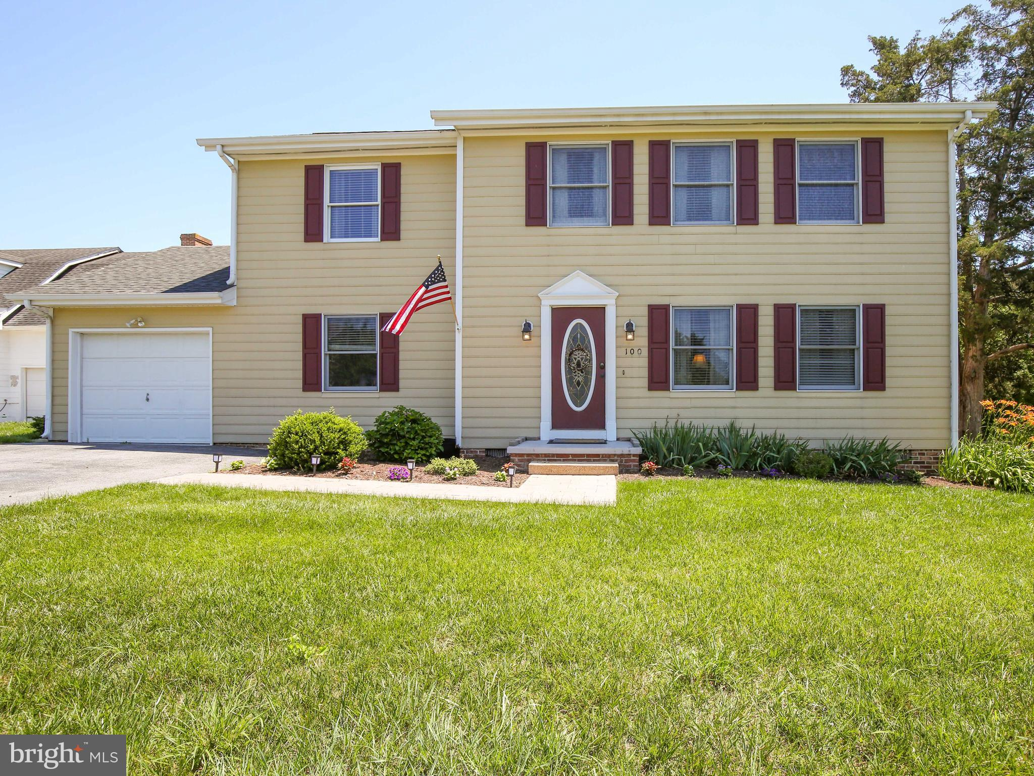 EAST SIDE!  4 Bedroom, 2 1/2 Bath Colonial on large corner lot. Great home for commuters ! Nicely ma