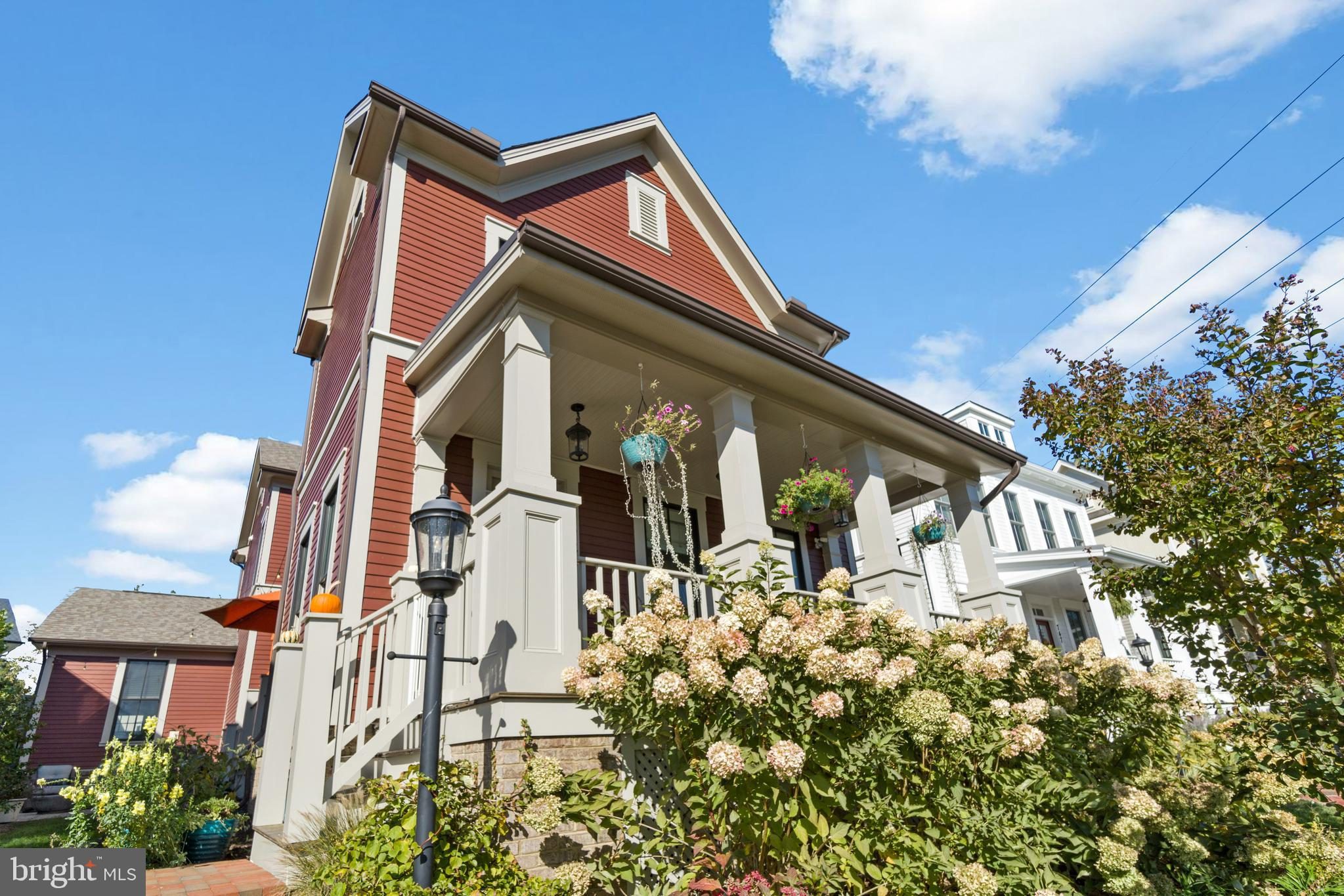 Beautiful 4 BR / 3.5 BTH home with 3,000 sq feet and private outdoor space in Historic Downtown Hern