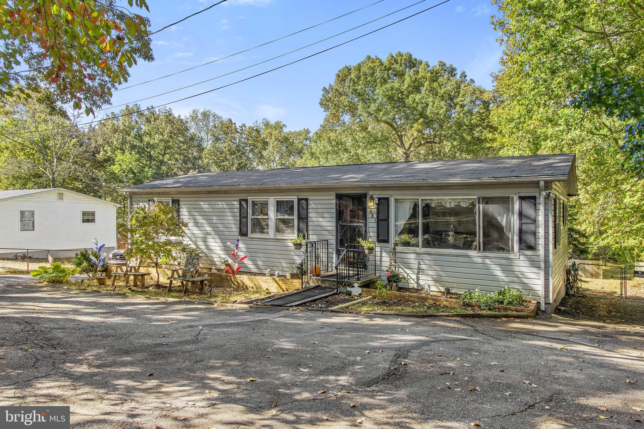 Welcome to this amazing, well kept rancher! An open kitchen and dining area give you all the space a