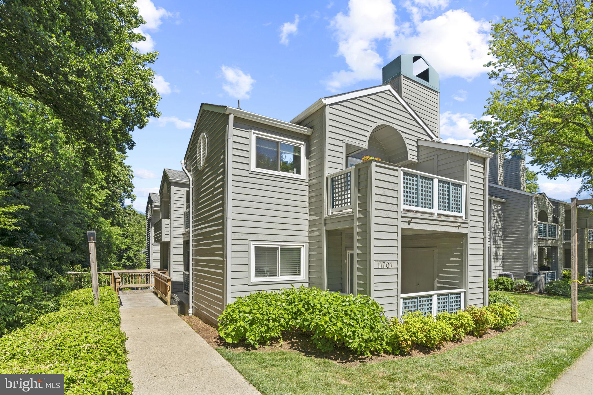 Spacious (1042 Sq Ft) 2bed/2bath in the highly sought after neighborhood of Summeridge in Reston! Ma
