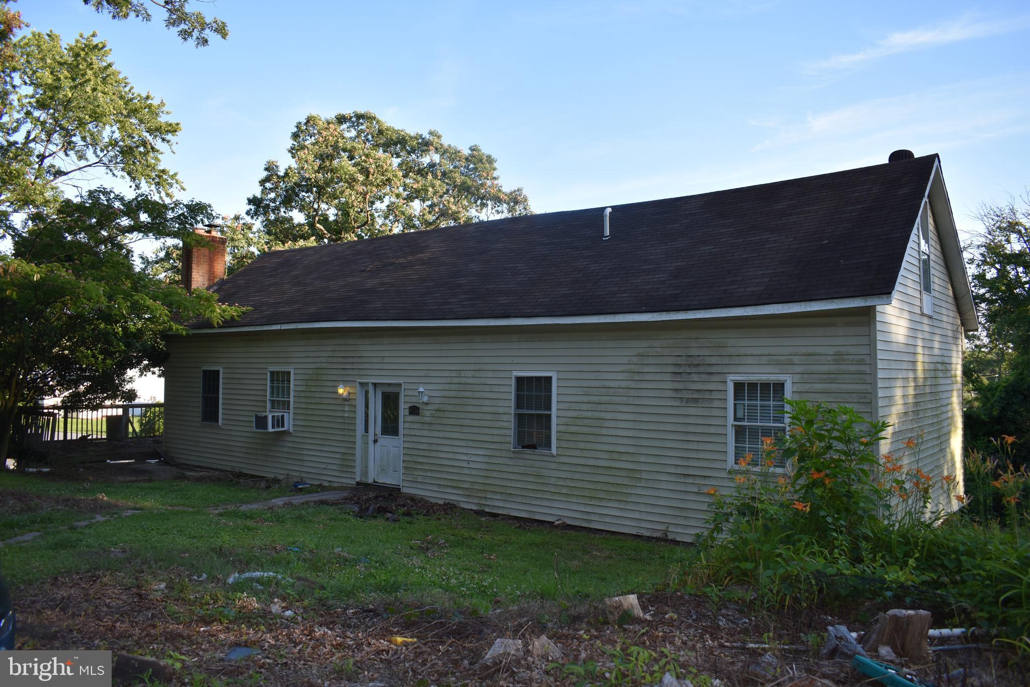 HANDYMAN DEAL!!  INVESTOR ALERT!!   2 BEDROOM 1 FULL BATH - OPEN FLOOR PLAN. FAMILY ROOM WITH WOOD STOVE AND DECK OFF THE SIDE. KITCHEN/DINING COMBO WITH ISLAND.  SHARED DRIVEWAY. PRICE REFLECTS WORK TO BE DONE!  WAITING FOR YOUR IDEAS. COME SEE THE POTENTIAL! HOME SOLD AS IS!