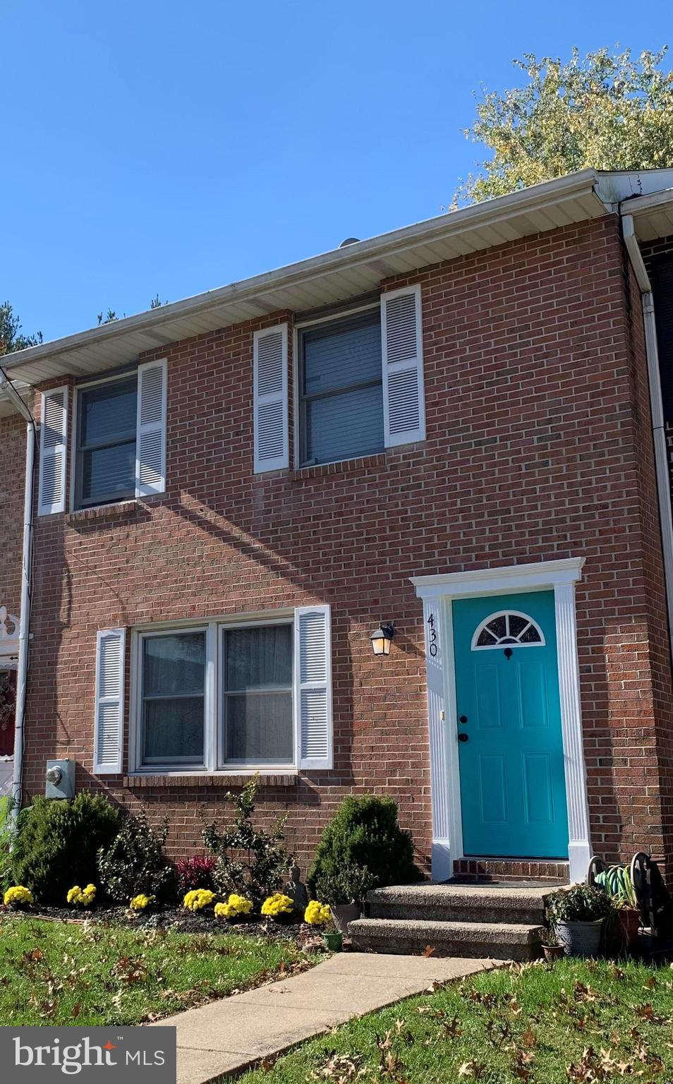 Welcome to this gorgeous 3 bedroom, 1,5-bath Colonial-style townhome in a convenient Windy Knoll loc