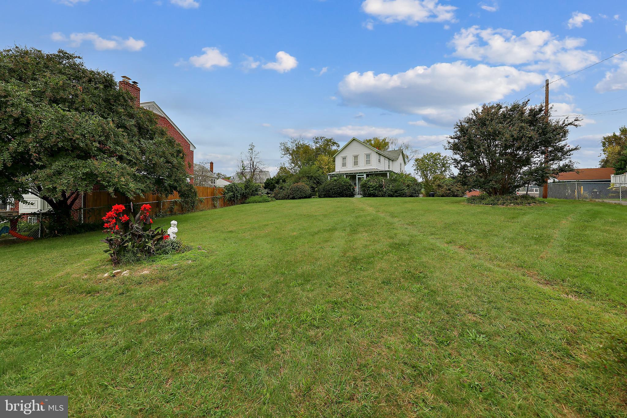 HUGE .74 ACRE LOT! Centrally located between North and South Arlington. 1.5 miles to Clarendon, 2 mi