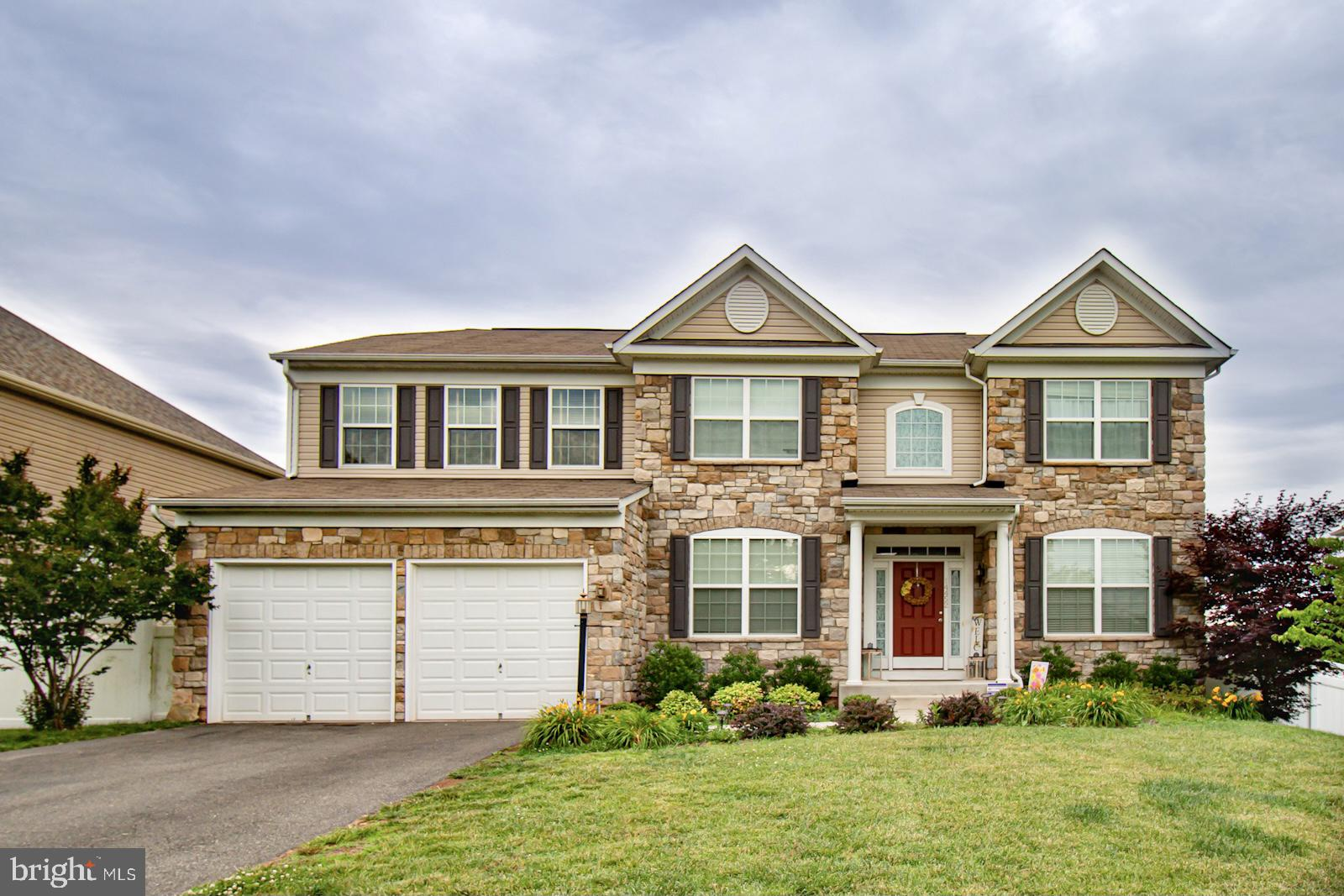 FIELDSTONE FRONT HOME WITH TWO CAR GARAGE AND TREX SUNDDECK. GOLDEN OAK HARDWOOD MAIN LEVEL -- FOYER