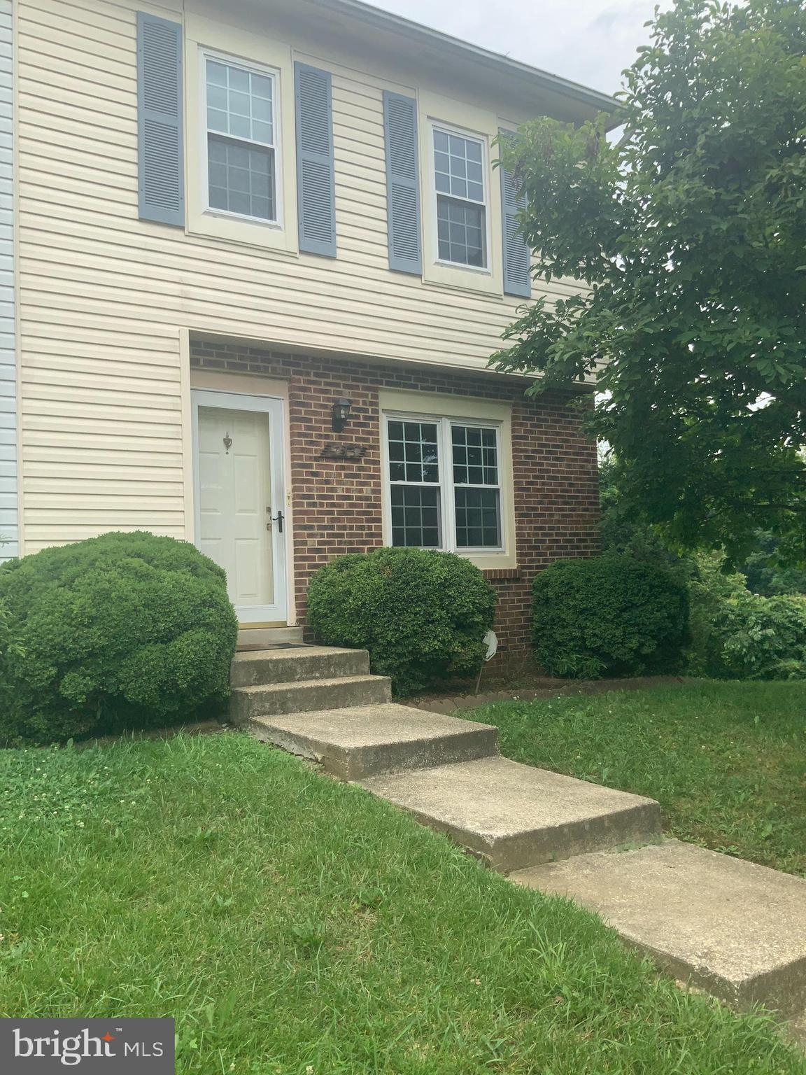 Perfect for First time buyers  Great Location,  close to transportation and shopping. Has 3 BR, 2 Fu