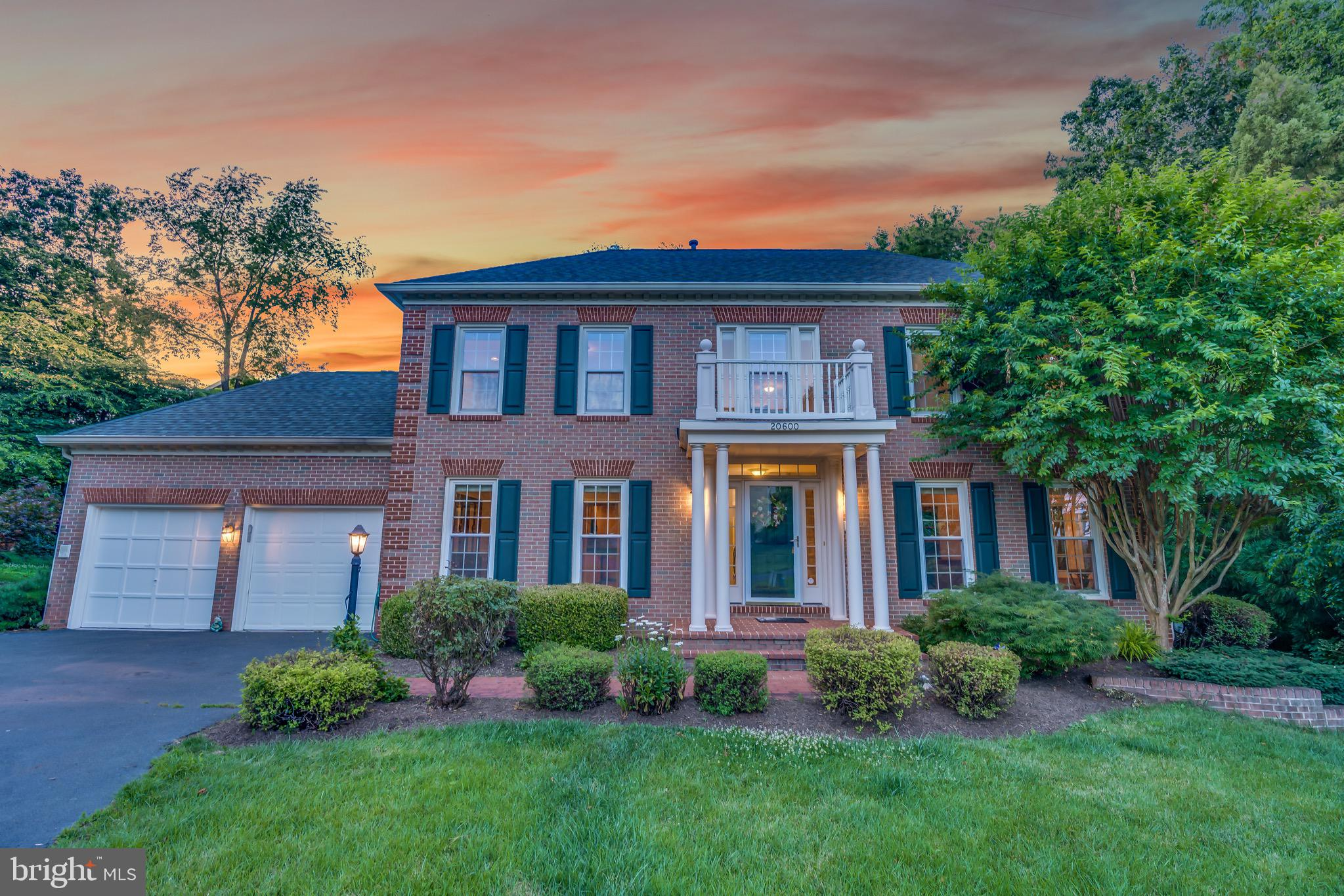 Welcome home! Located on a pipestem off a quiet cul-de-sac in Potomac Lakes, this 6 bed 4.5 bath, So