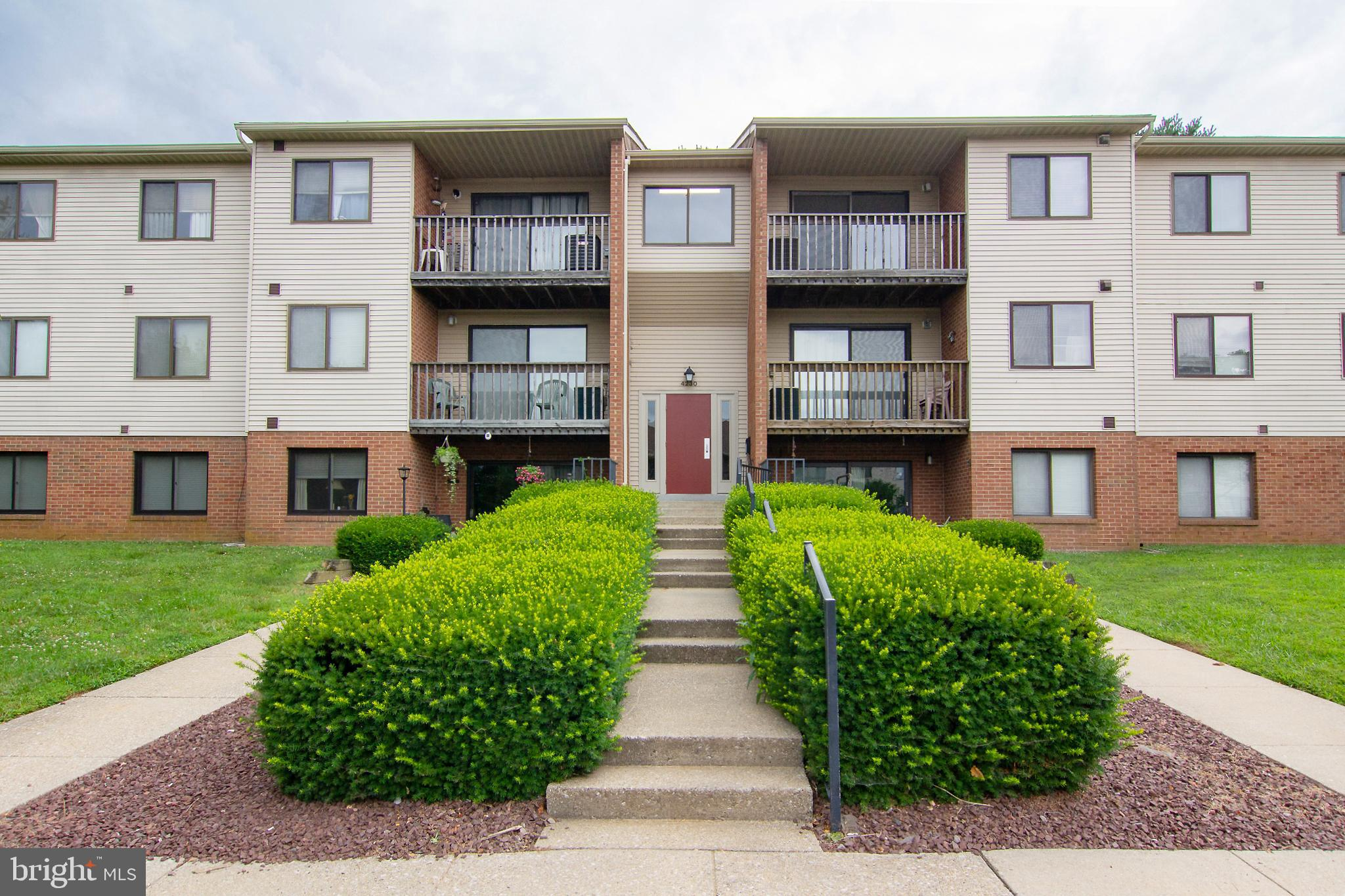 ATTENTION FRUSTRATED RENTERS and/or INVESTORS!  Robert's Field top floor condo with 2 bedrooms, 1 ba