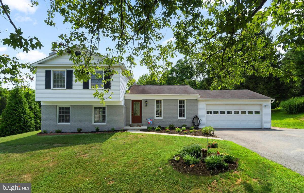 Fantastic split level home on a quiet cul-da-sac backing to trees! This well cared for home features