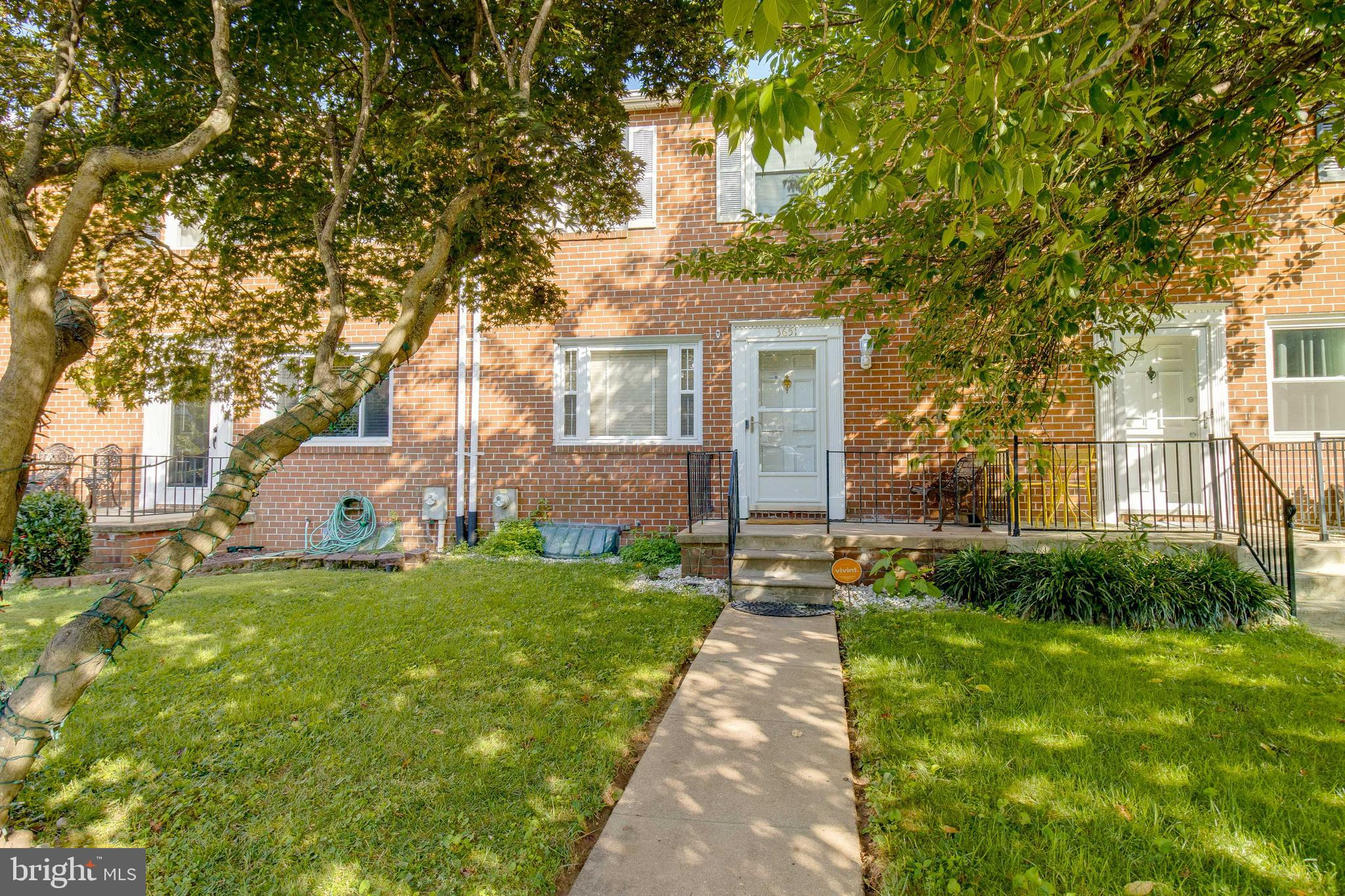 Welcome home! This charming townhouse is ready for you to move in! From the moment you walk up to th
