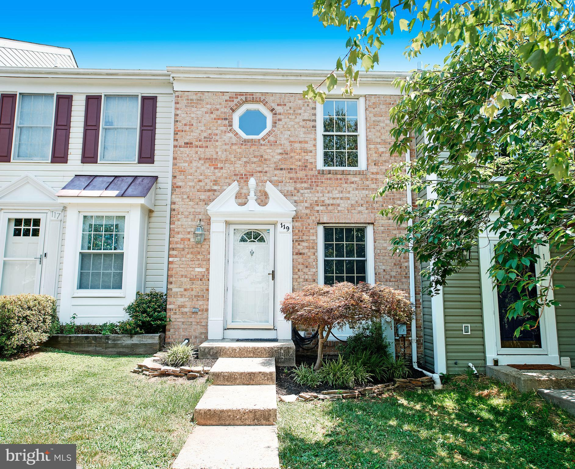 SPARKLING TOWNHOUSE WITH COUNTLESS UPGRADES. EAT IN KITCHEN WITH GRANITE COUNTER TOPS, CERAMIC TILE