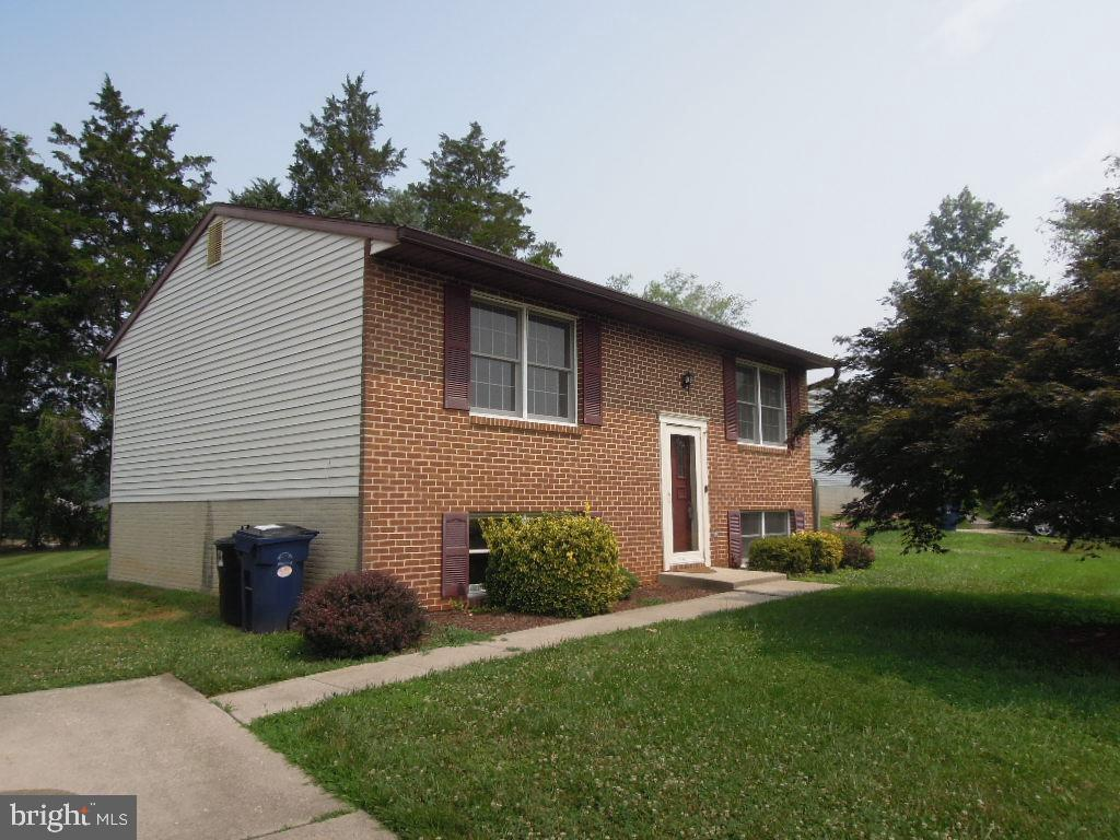 3 Br, 2 Full Bath Split Foyer in Great Location! Needs updating and TLC.  Just waiting for your  Tou