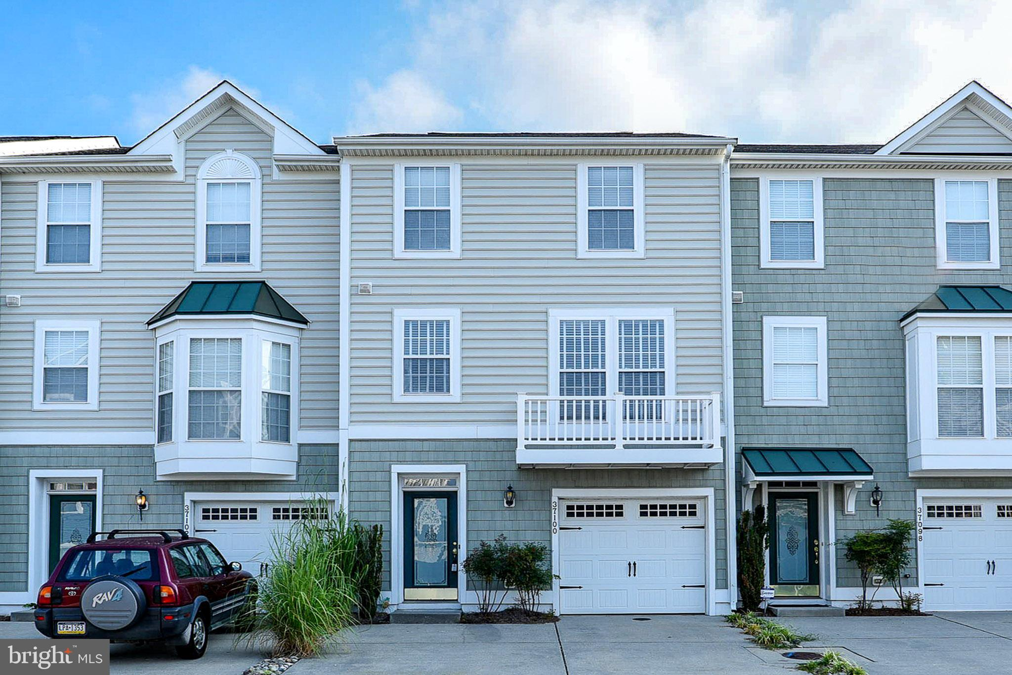 FRESHLY PAINTED TOWNHOUSE IN THE AMAZING COMMUNITY OF REHOBOTH CROSSING! This home is a perfect loca