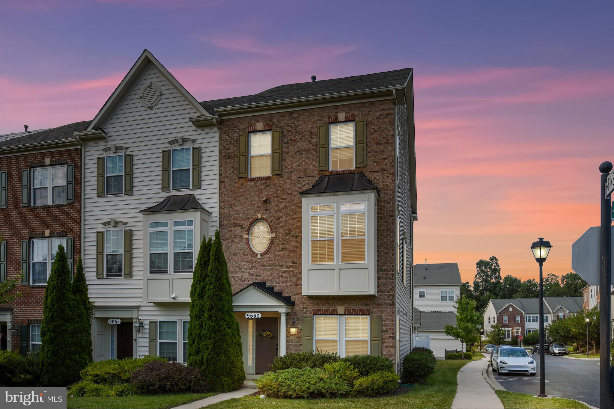 Gorgeous 3 story townhouse w/ 3,000+ sf ft! Gourmet kitchen w/ granite counters, hrdwds & center isl