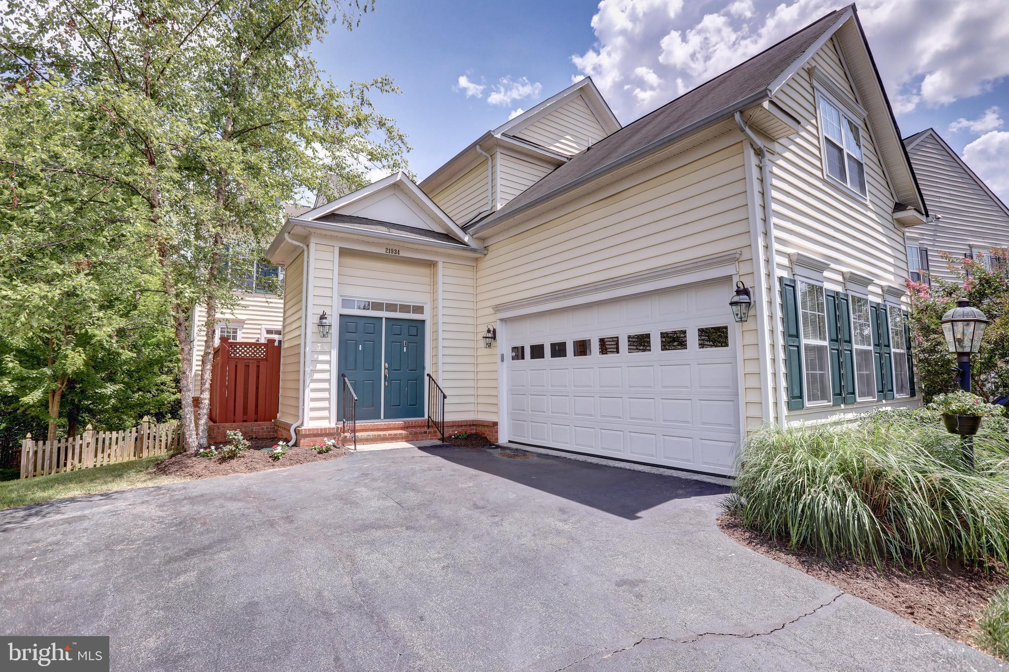 Stunning Single Family Home in Broadlands! Featuring 5 Bedrooms and 3.5 Bathrooms, Hardwood Floors a