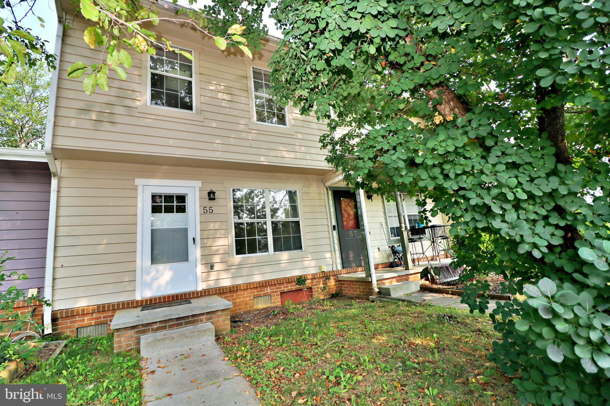 Move in ready townhome located close to MD VA markets and all shopping convivences.  This a perfect