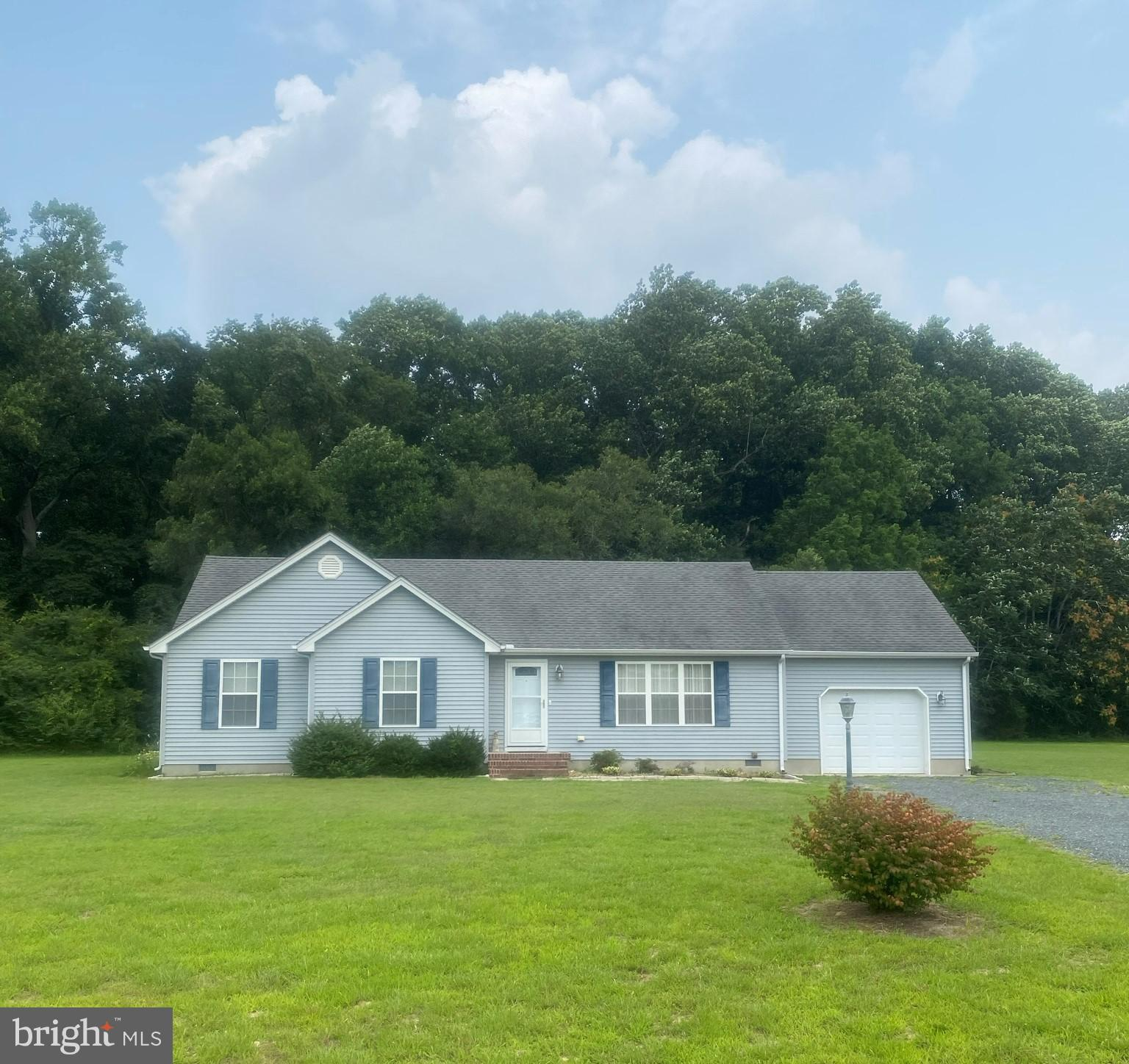 This 3 bedroom 2 bathroom home sits on a great 1.31 acre lot and features a large family room, spaci