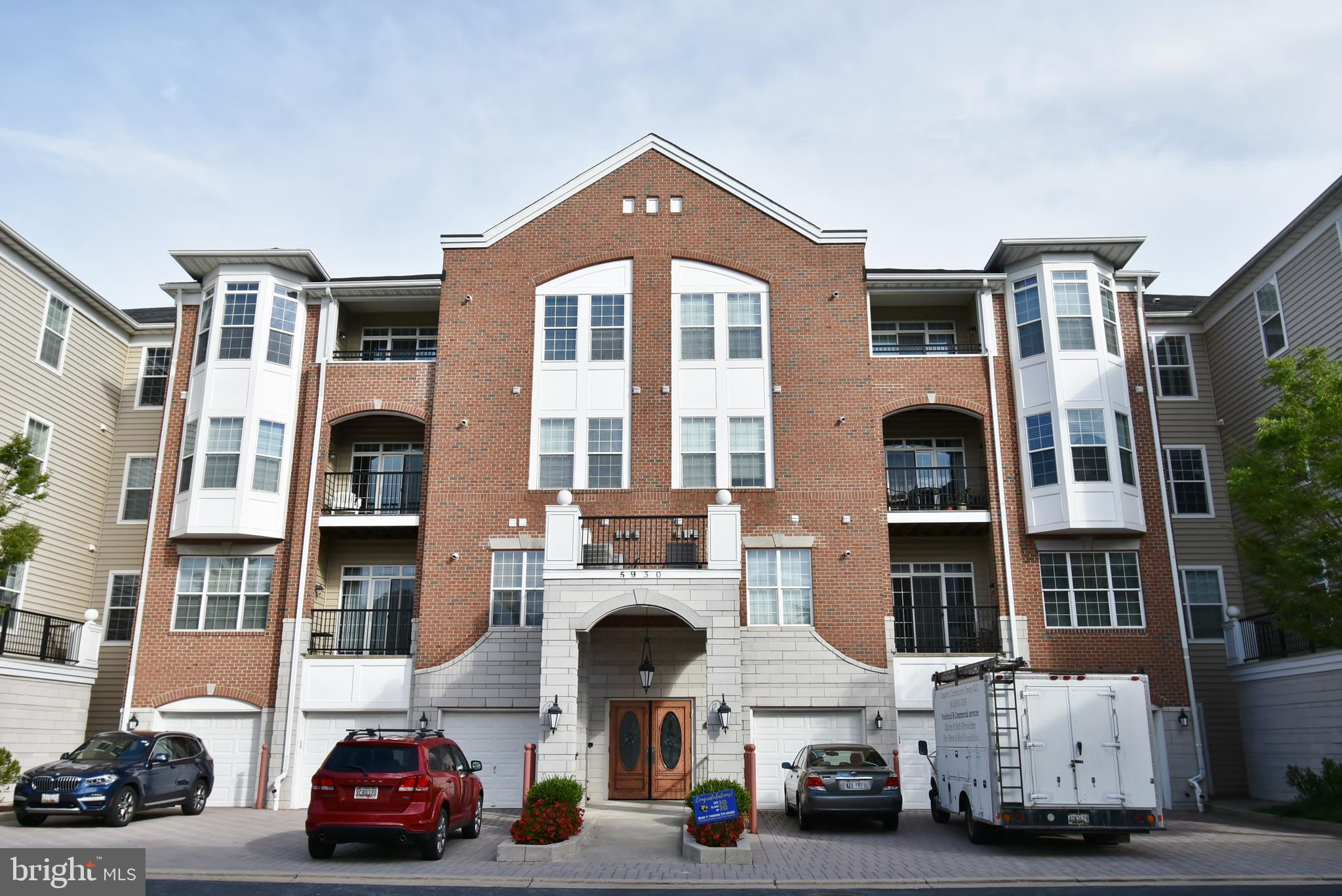 Gorgeous first floor condo in the heart of River Hill awaits its new happy owner. Close to all the s