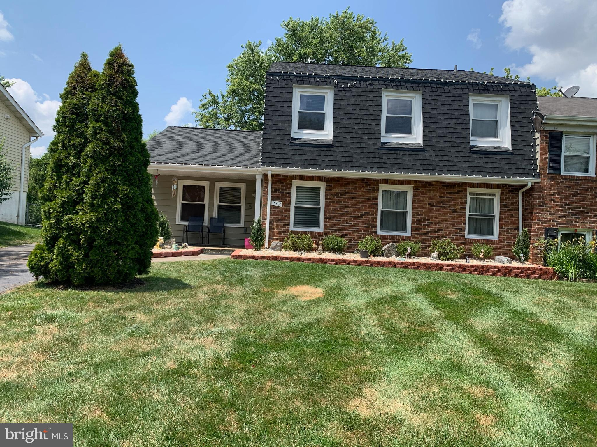 Welcome to 219 N Lincoln Ave. Sterling! Located in a nice and quiet neighborhood. This house has a l