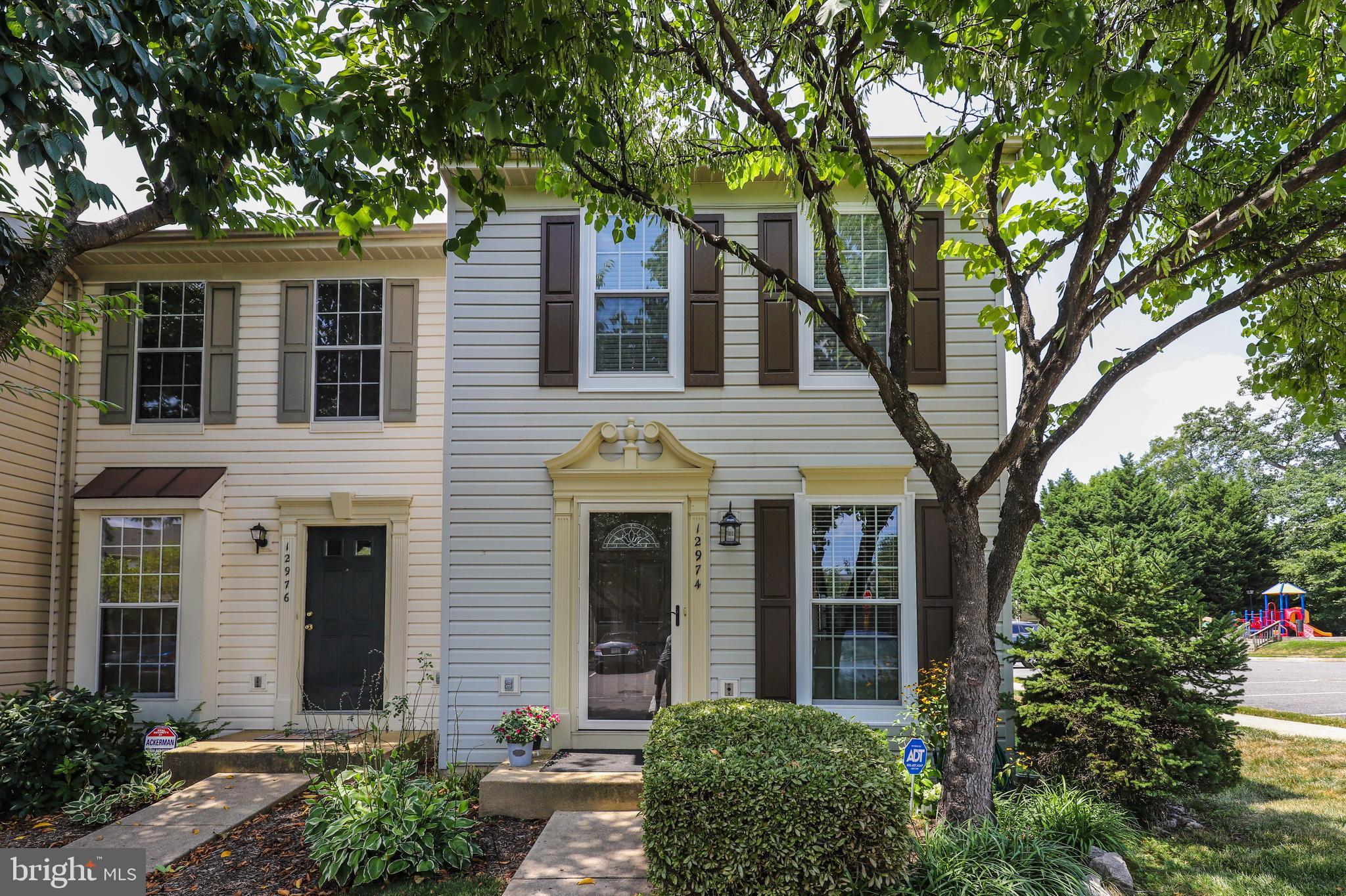 WOW! This beautifully maintained End-Unit Townhouse has plenty of bright natural light! The cute cou