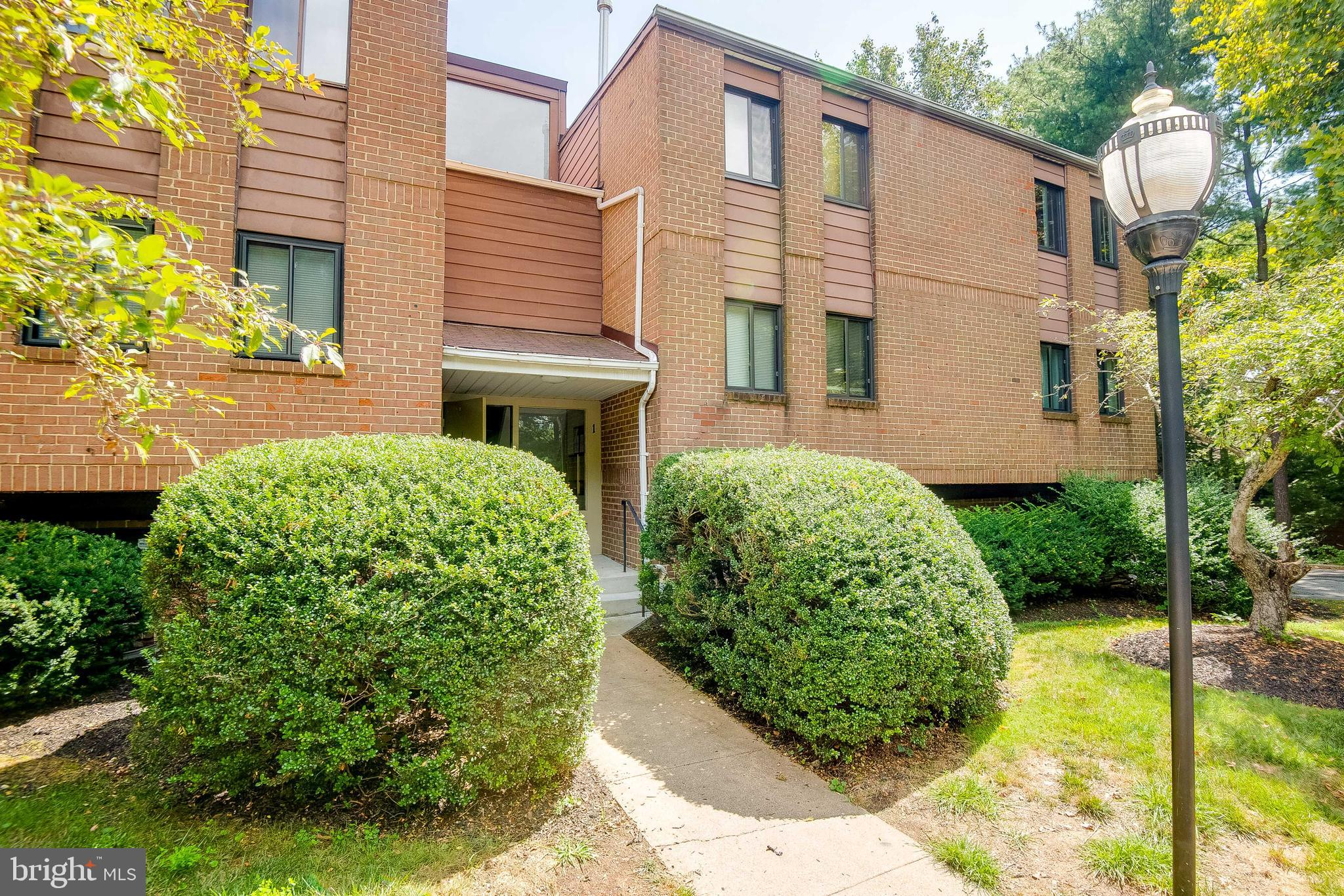 Spacious fully renovated 1 bedroom condo, with Jacuzzi bath tub, cozy layout and ample storage. Kitc