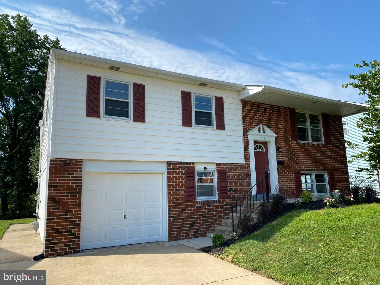 Don't wait too long or this one will be gone.  This Move-in condition, Brick & Vinyl,  Bi-Level is l