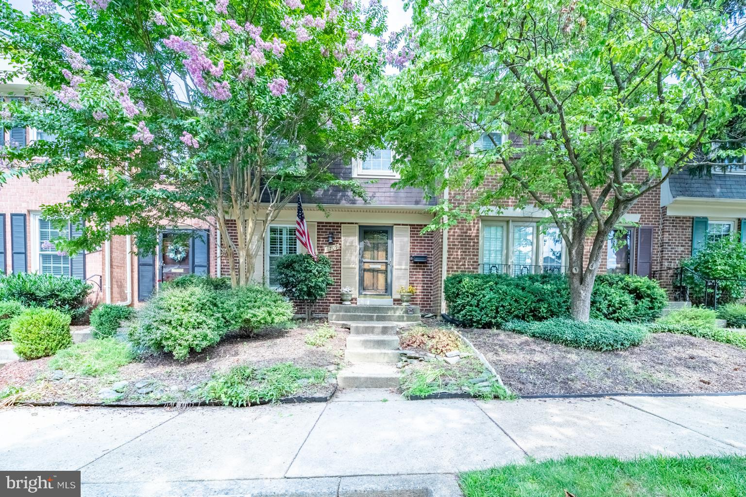Beautiful  townhouse in Bethesda situated in a quiet neighborhood. Updated kitchen with eat in bar a