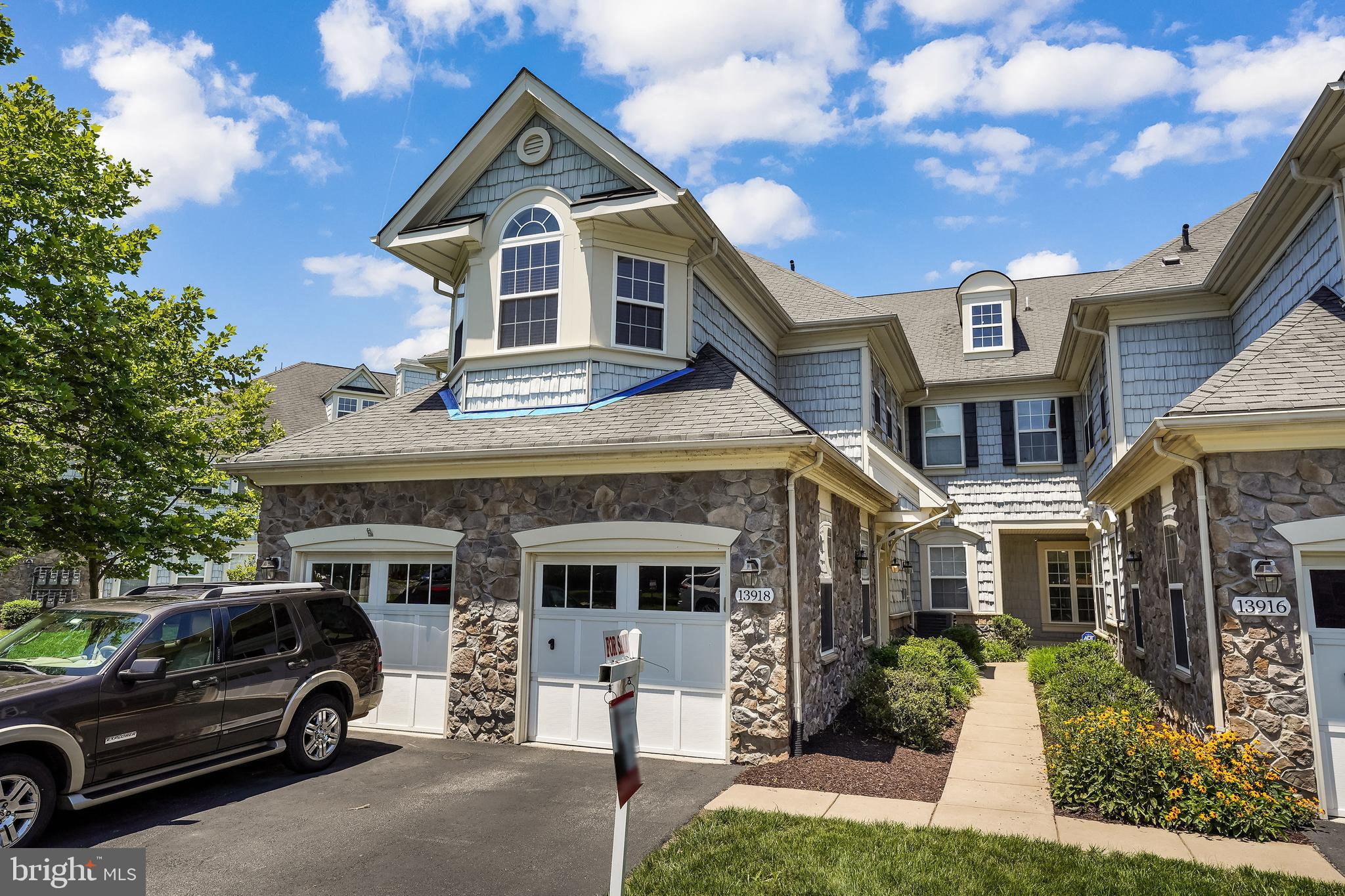 ***HOA JUST APPROVED REPLACING THE ROOF AT HOA COST****DRAMATIC CONDO/TOWNHOME VILLA IN BELMONT BAY