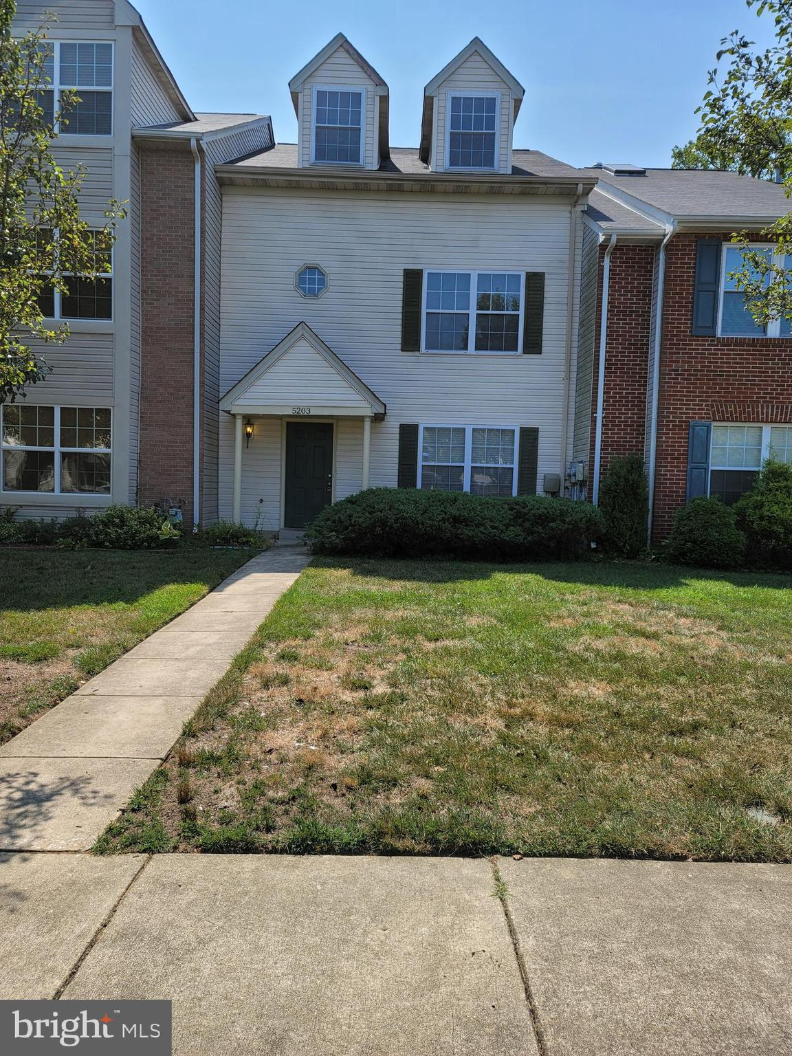 This townhouse is a very good size with 4 bedrooms and 3 and half baths. There will be a new stove a