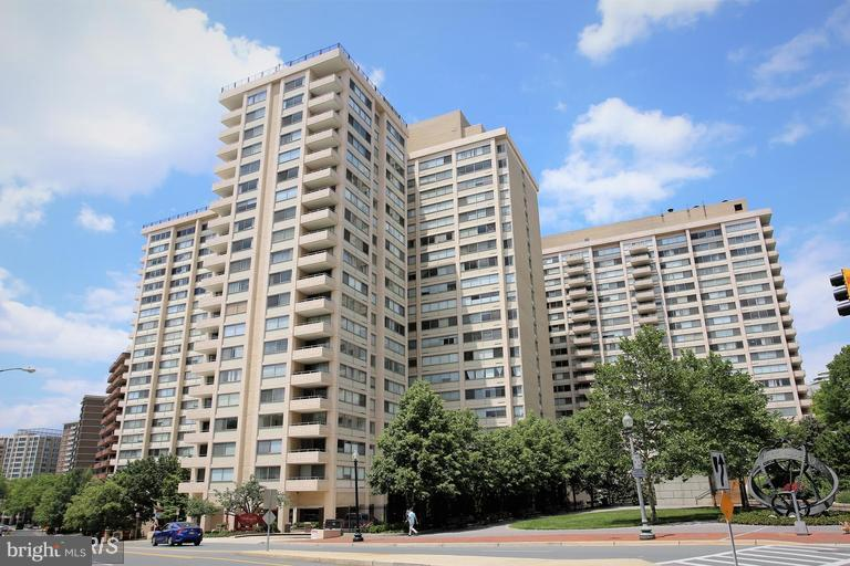 A must see.  Rarely available, Gorgeous Corner unit with Sunny Panoramic Views of the park, city sky