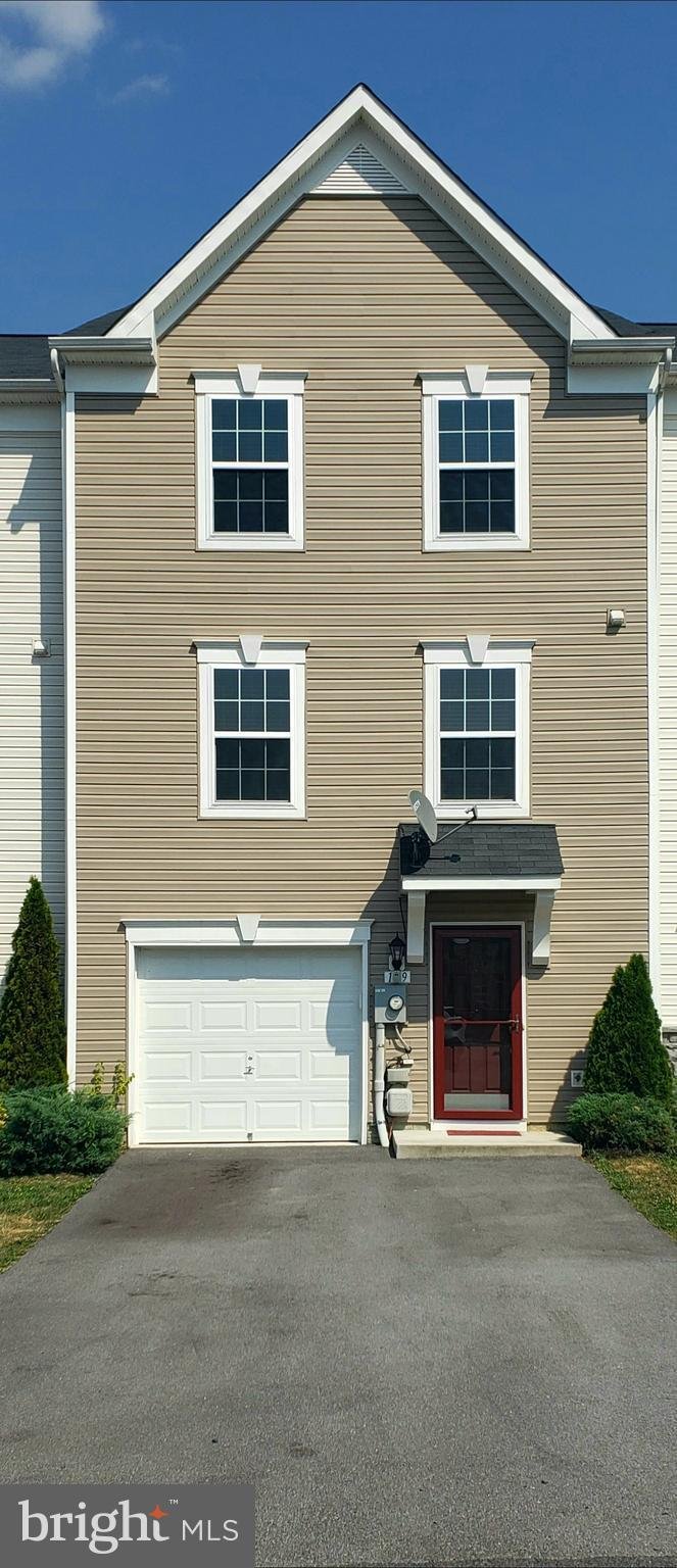Move in ready townhouse in excellent condition, should go all loan programs. Seller has keep such go