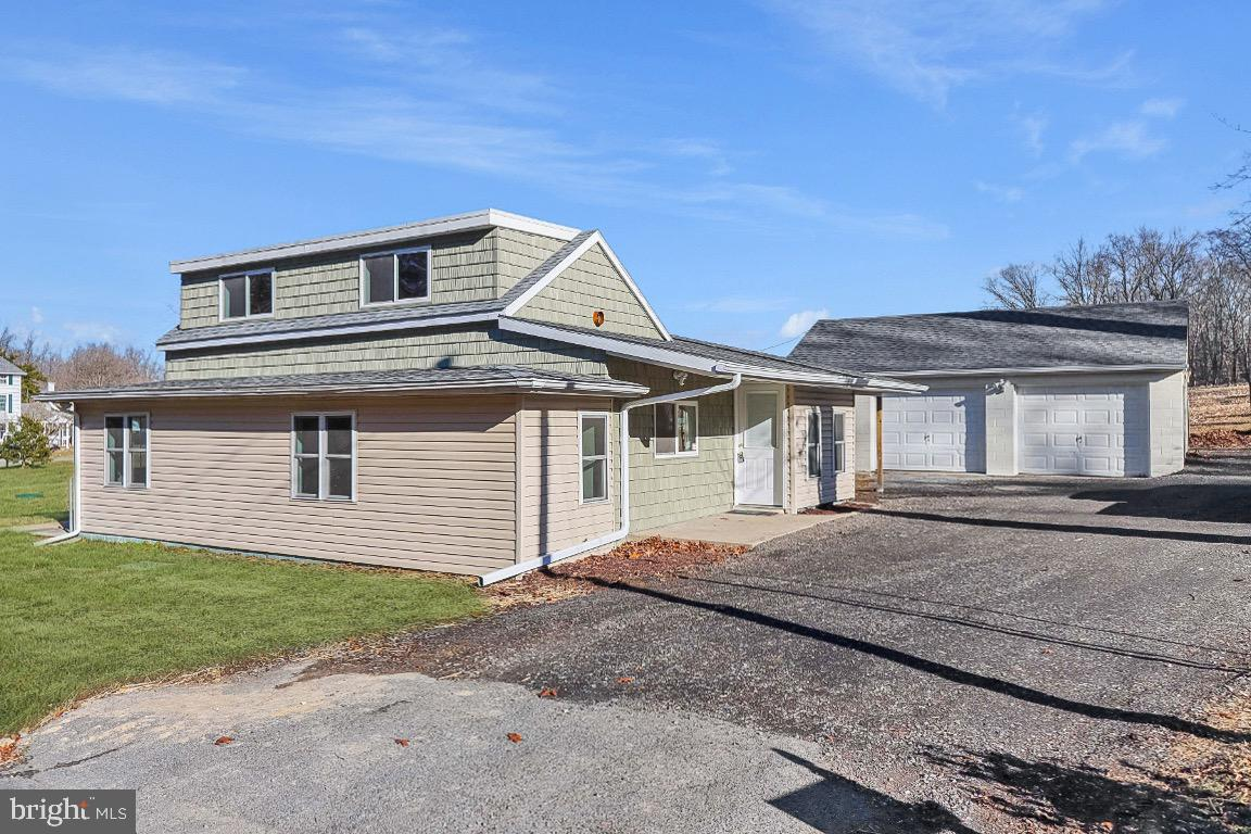 Stunning 3 bed 2 bath house in North East MD with exceptional open floor plan! This property has so