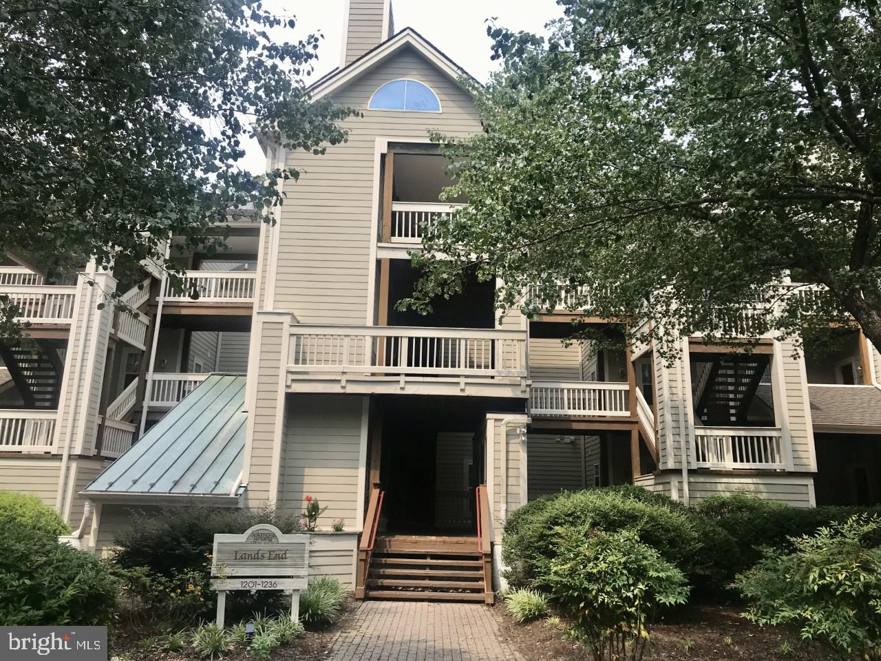 Well maintained condo in wonderful Solomons Landing.  This community has everything to enjoy condo l