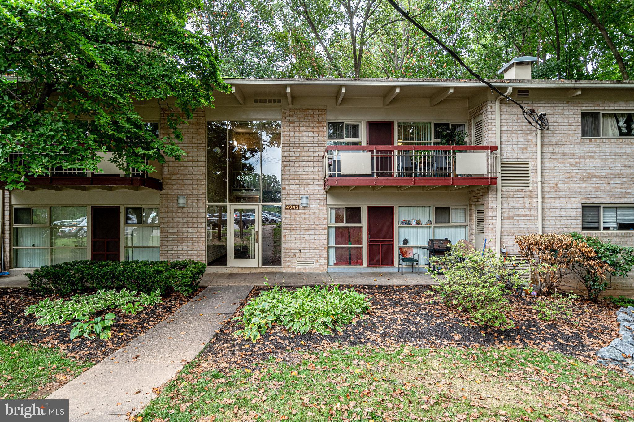 Awesome Top Floor 796 sqft Condo, located inside the Beltway! Sought after 2nd floor gardenstyle co