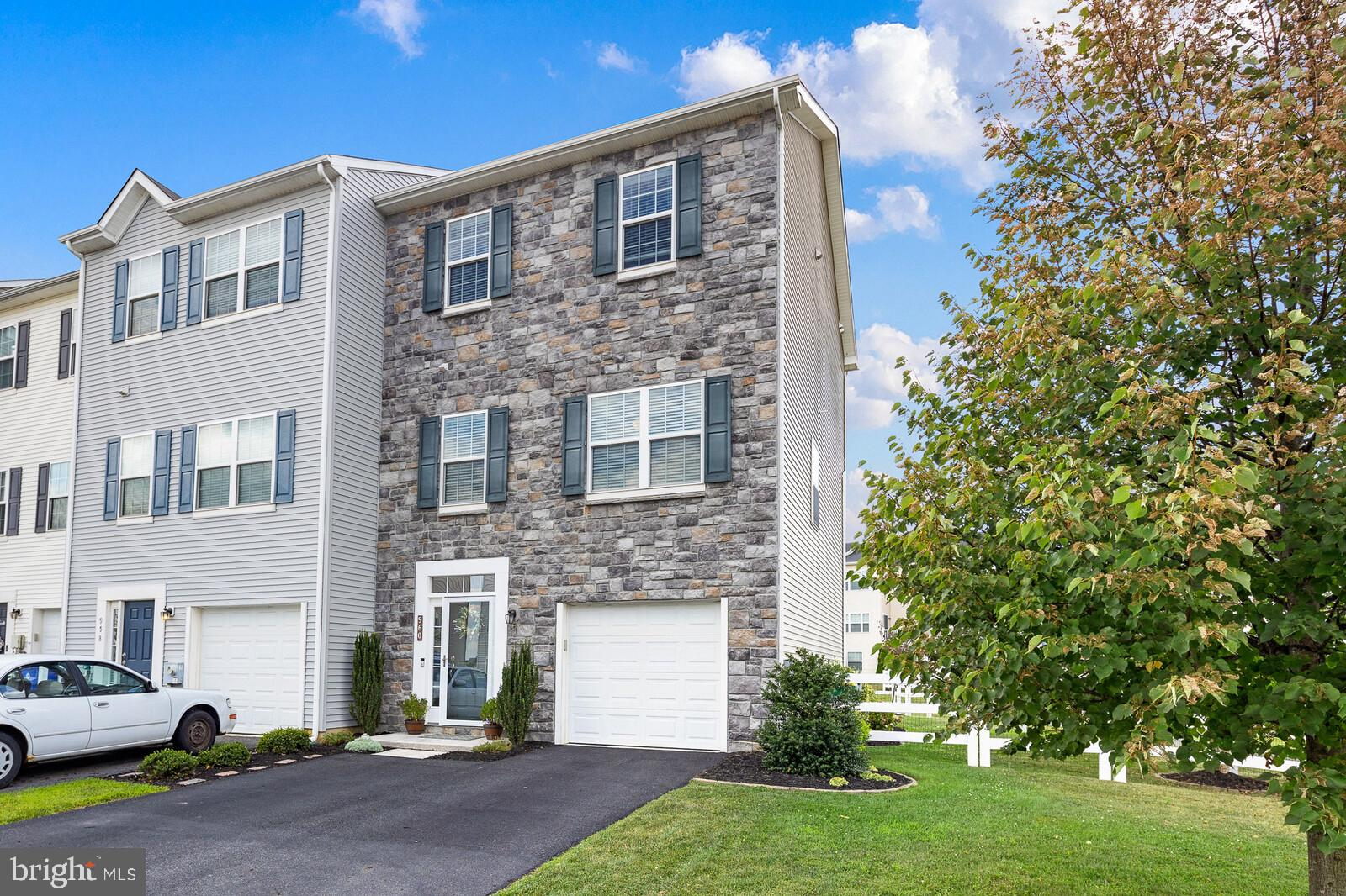 Welcome home to this lovingly-maintained townhome in the sought-after community of Hyett's Crossing.