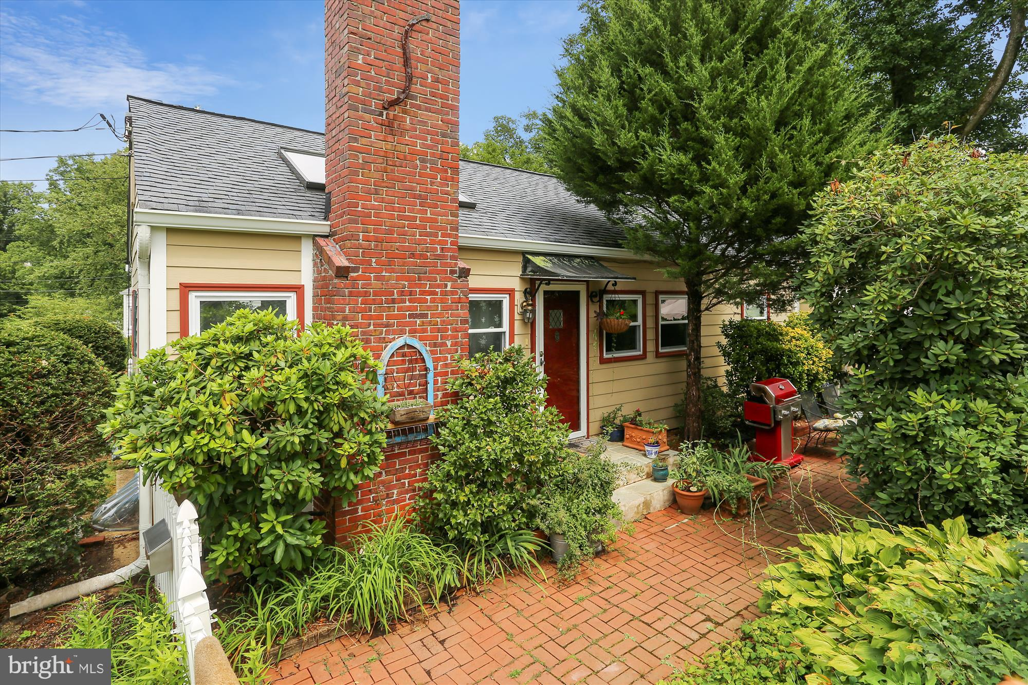 Welcome to this super charming house in the heart of the Town of Kensington.  Warm and inviting home
