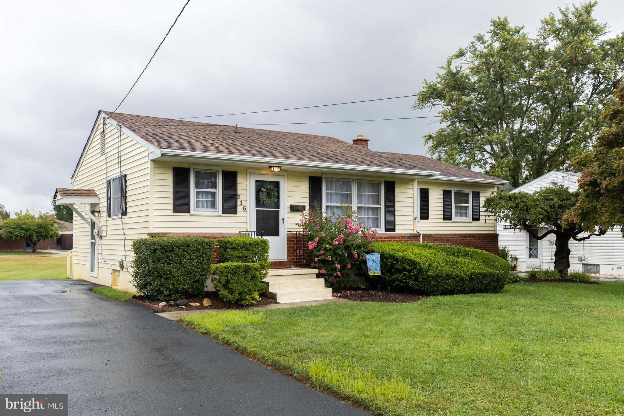 Nestled in the quiet community of Thomson Estates you will fall in love with this adorable 3 bedroom