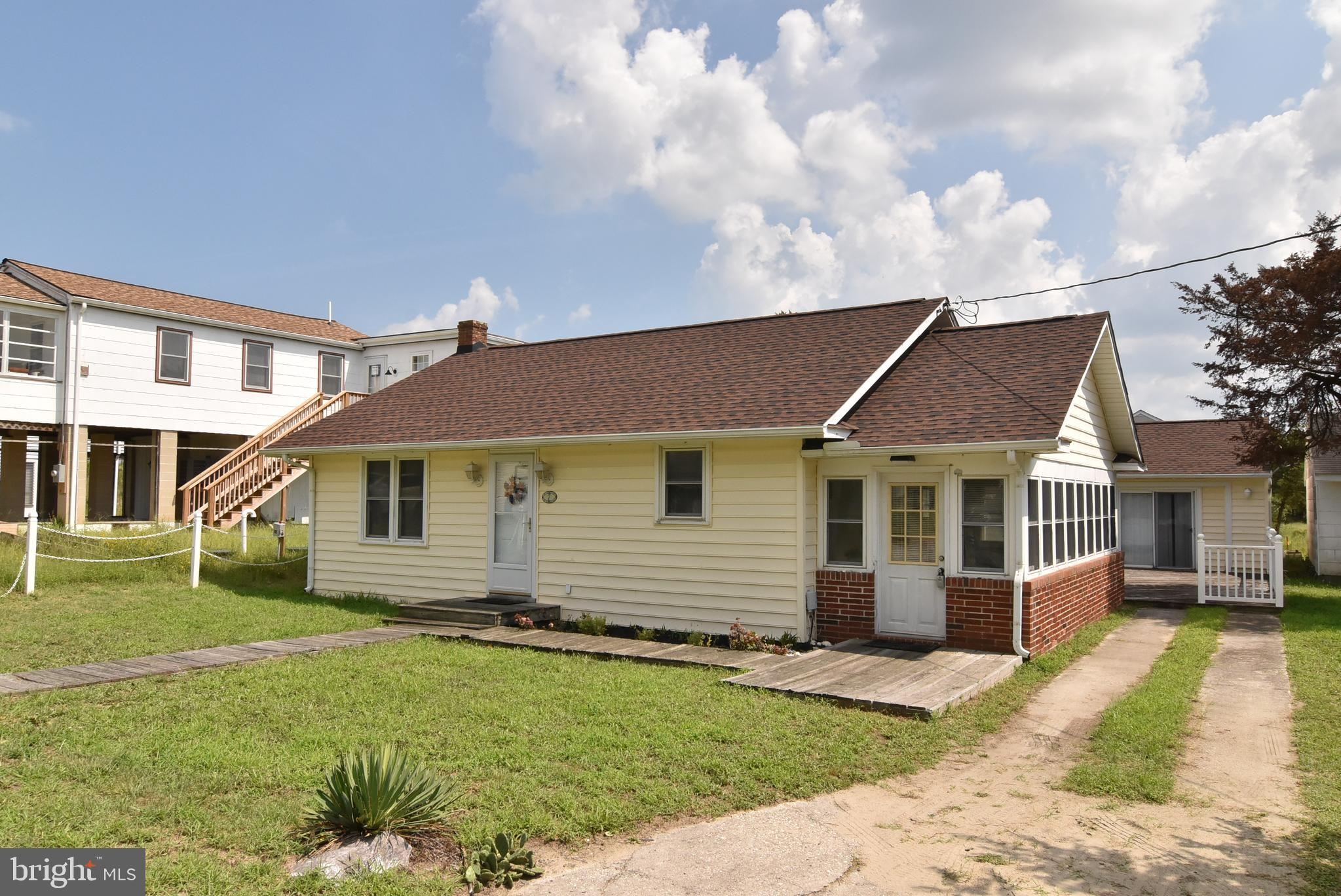 Cute as a button, bay block 2 bedroom cottage with 1 bedroom rear cottage. Such much opportunity in
