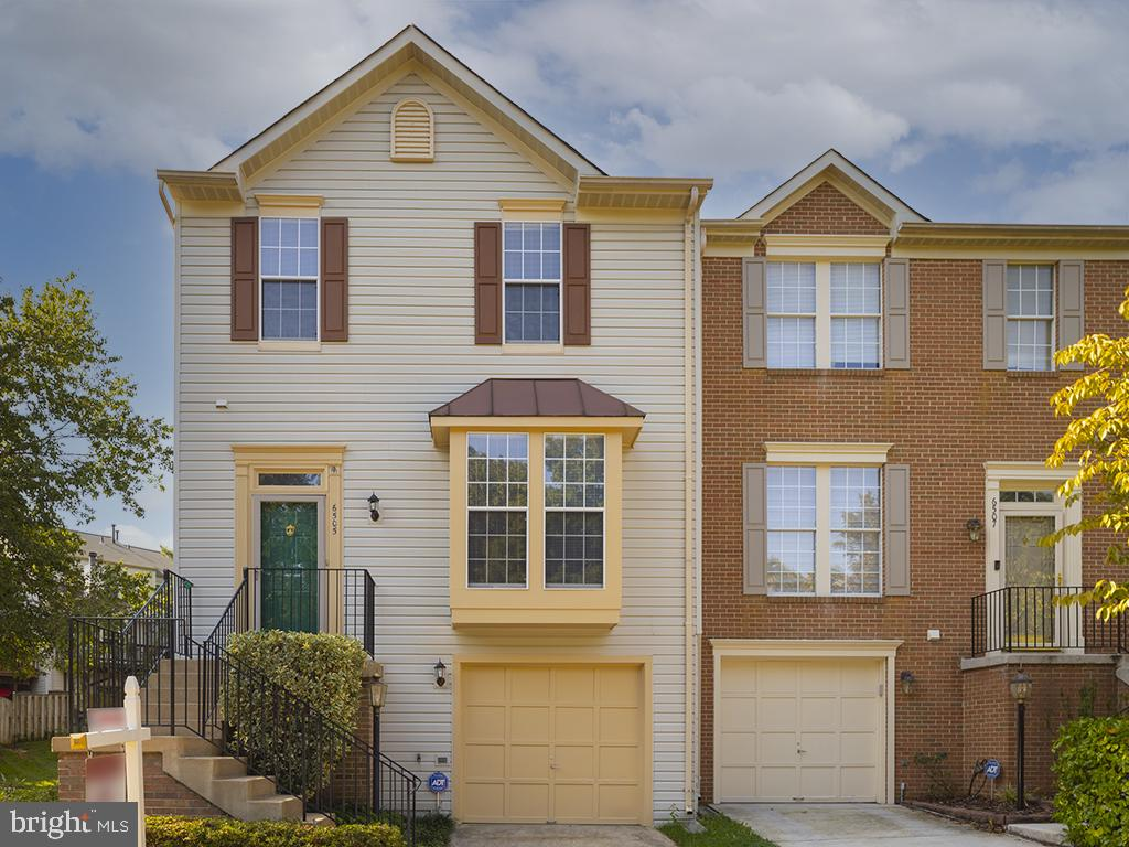LIGHT FILLED END UNIT GARAGE  3 bedroom Townhouse in ISLAND CREEK!  Fresh modern paint and new carpe