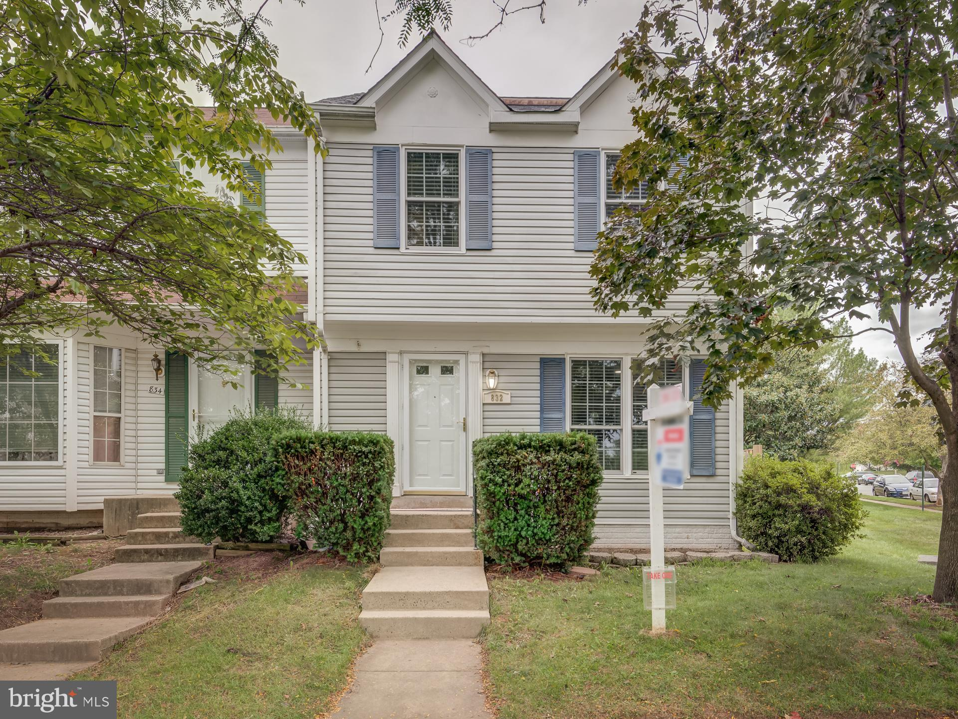 Beautiful End unit townhouse in the desired Potomac crossing community.   Leesburg outlets,  Downtow