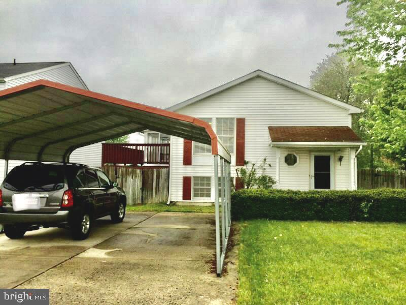 """This home has it all 3 beds, 2 full baths, country kitchen, formal living room, large """"L"""" shaped rec"""