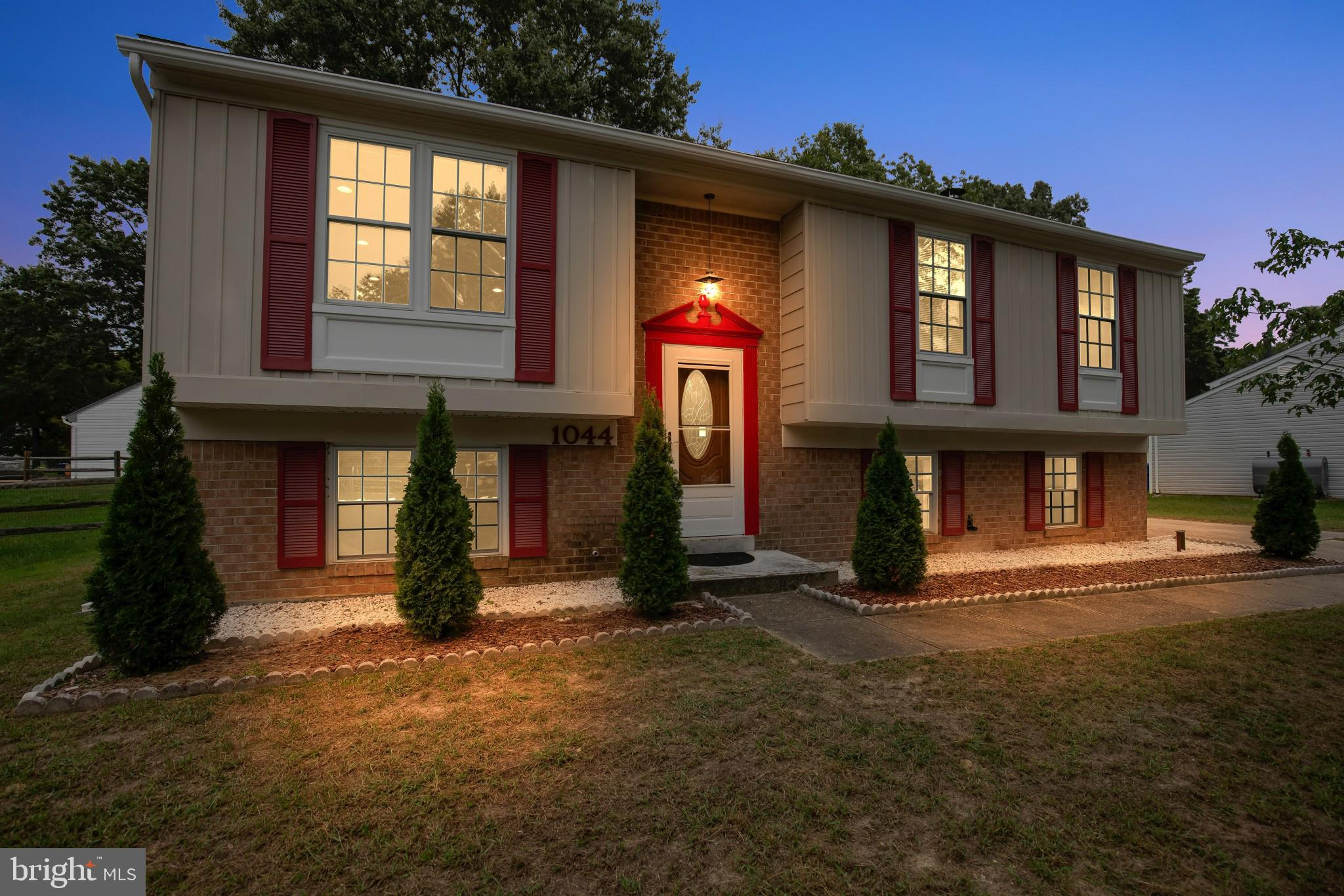 OPEN HOUSE: SUNDAY, Sept 19th 1-3PM. Updated & Move in Ready!  Feels like home in this super clean S