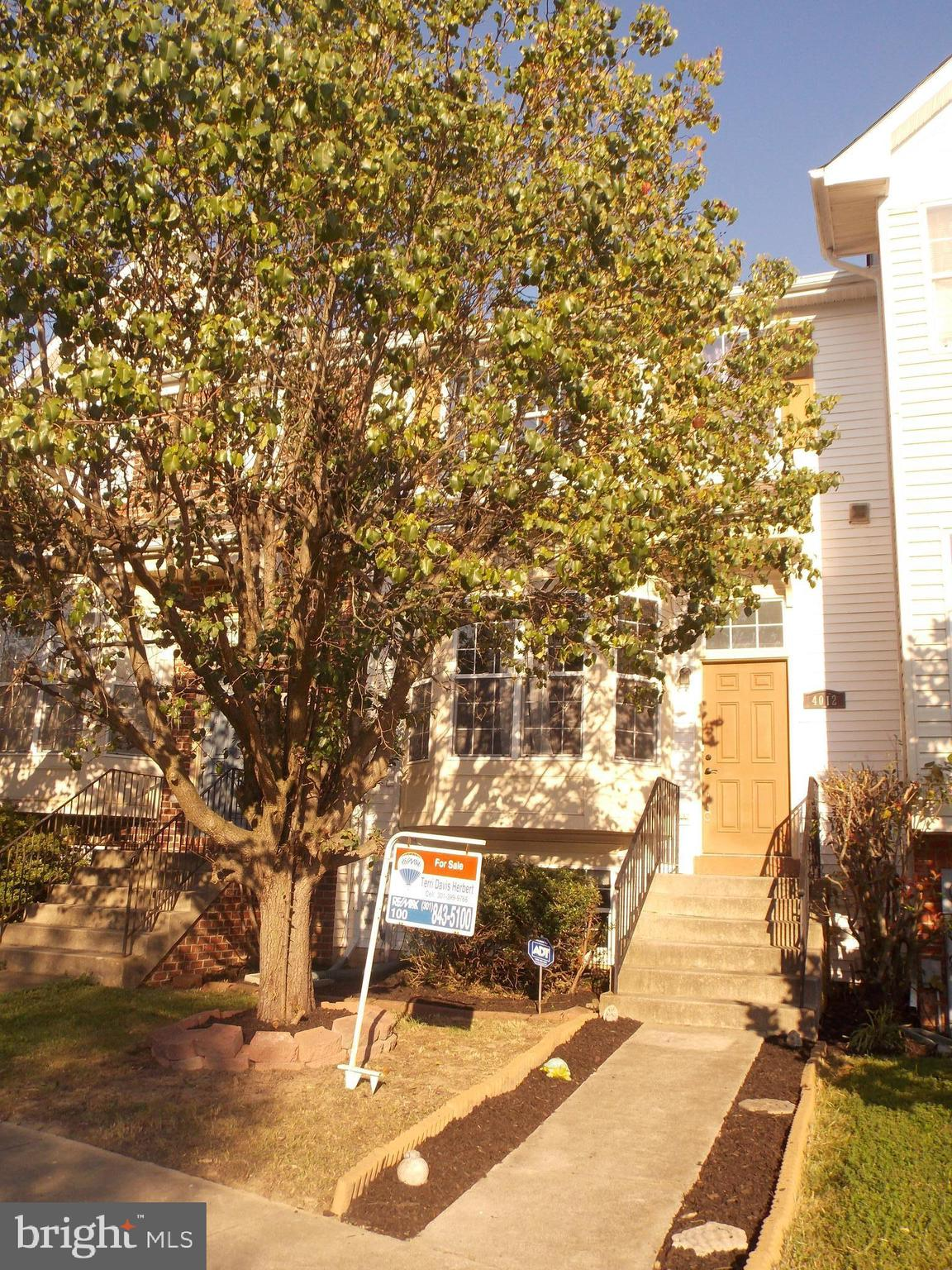 """Ready to """"Fall"""" into a New Home? Location is Key! 3 level Townhome close to just about anywhere. Sch"""