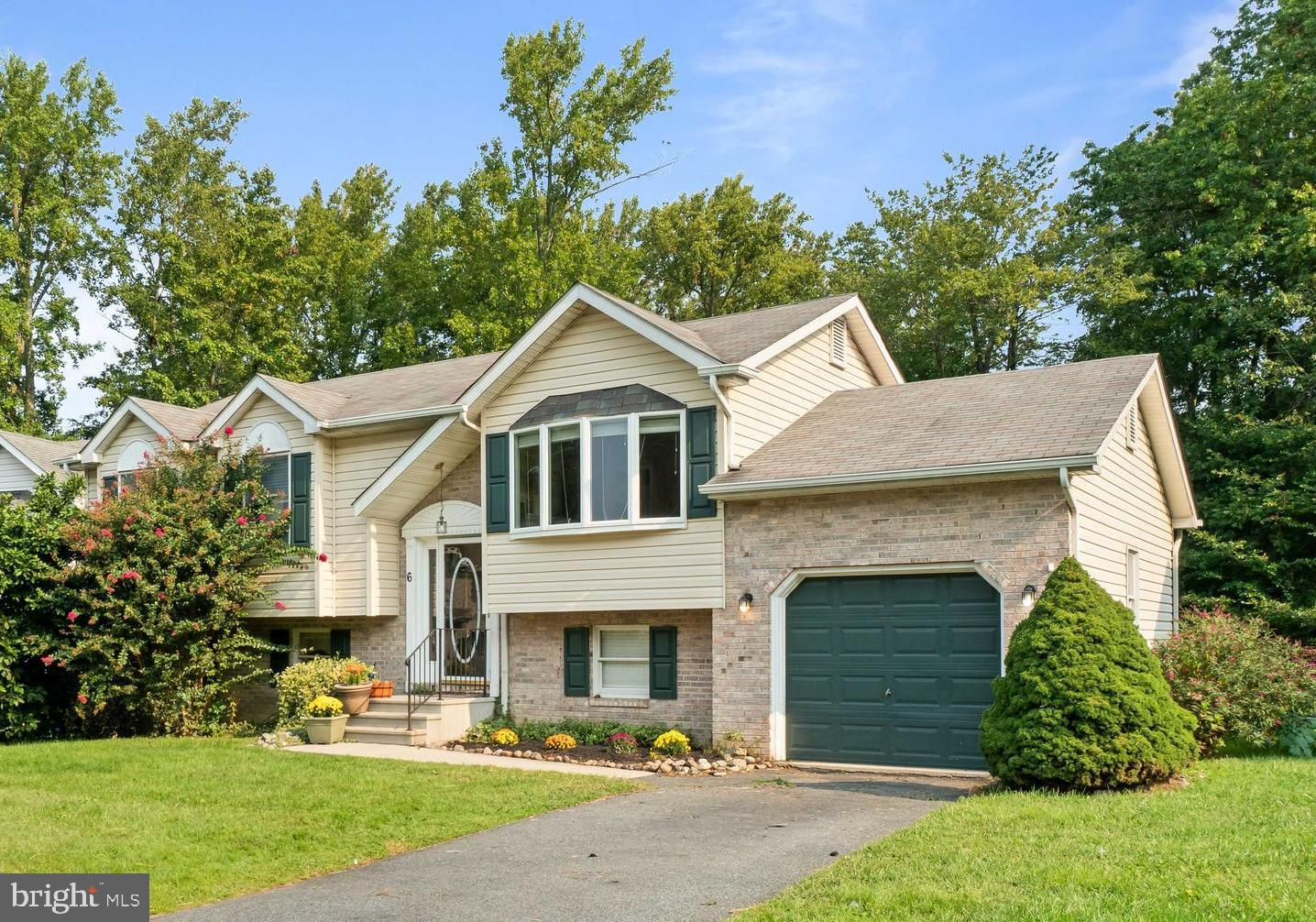 Charming Bi-level home situated in the water-oriented community of Kensington Courts!  This home fea