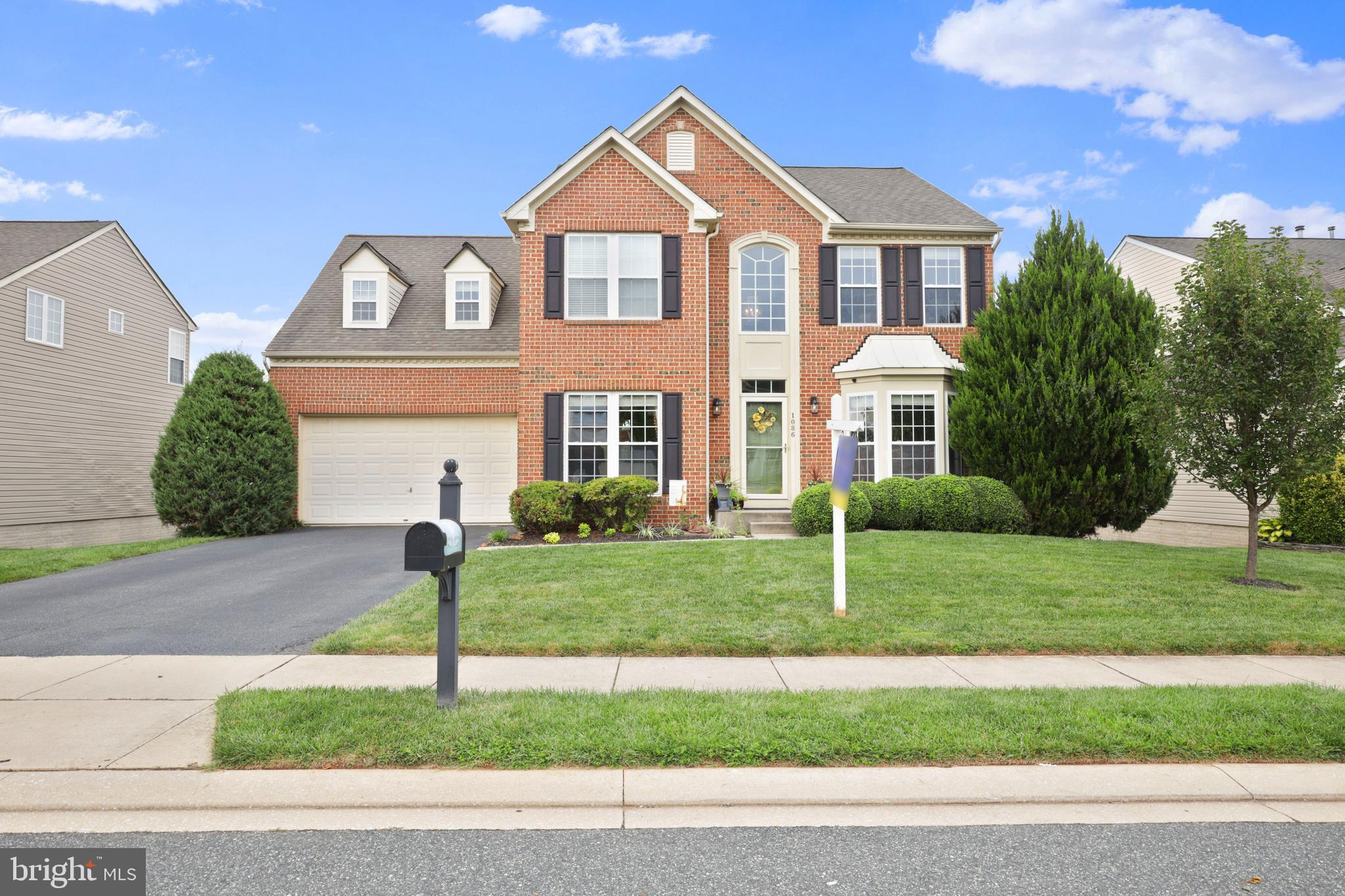 GREAT FAMILY HOME,  OPEN FLOOR PLAN WITH KITCHEN  IN THE CENTER,  SUN  ROOM  BUMPOUT TO REAR,   FAMI