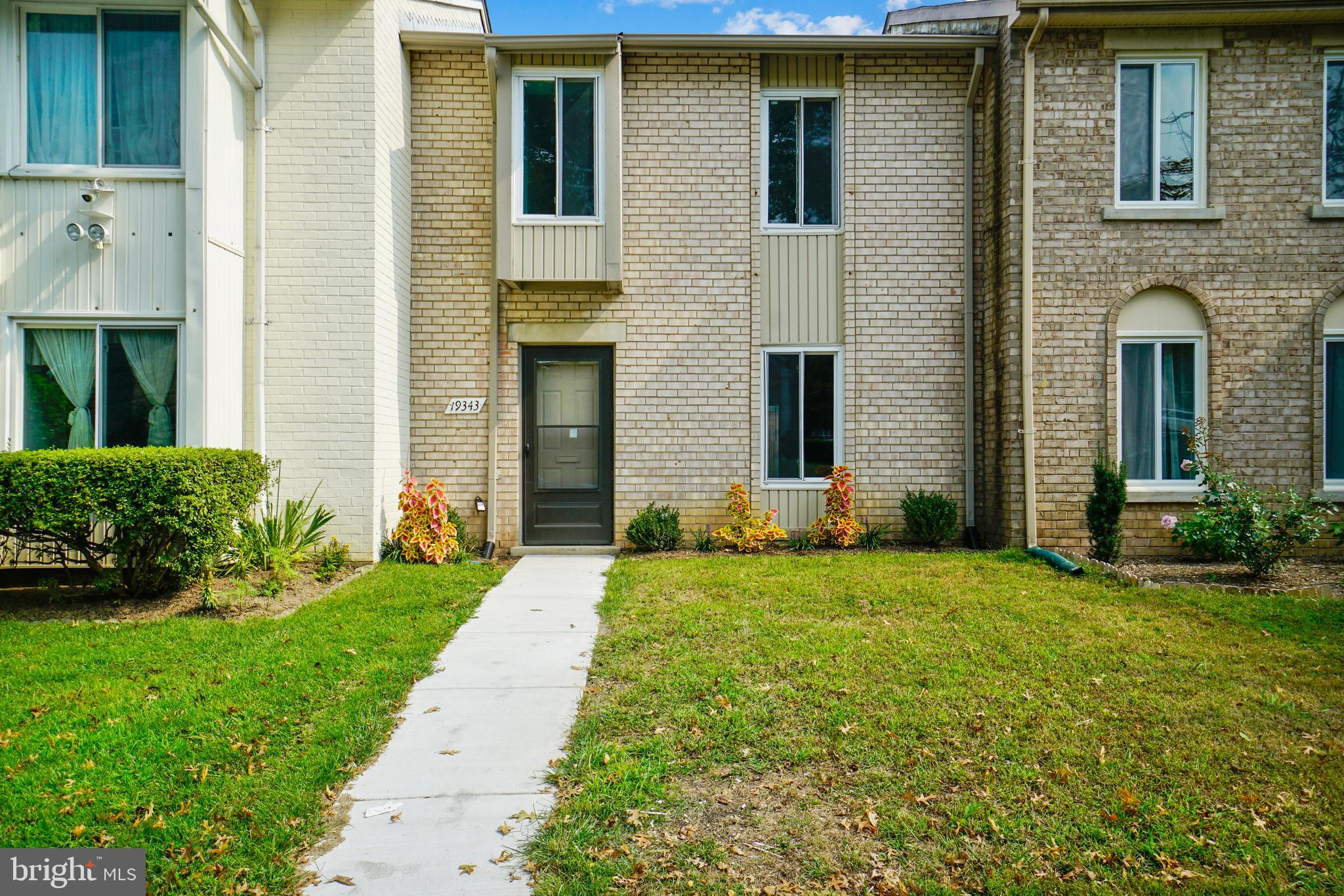 YOU WILL LOVE THE FEEL OF THIS BRIGHT & SPACIOUS BRICK FRONT, 3 BEDROOM & 1.5 BATH TOWNHOUSE LOCATED